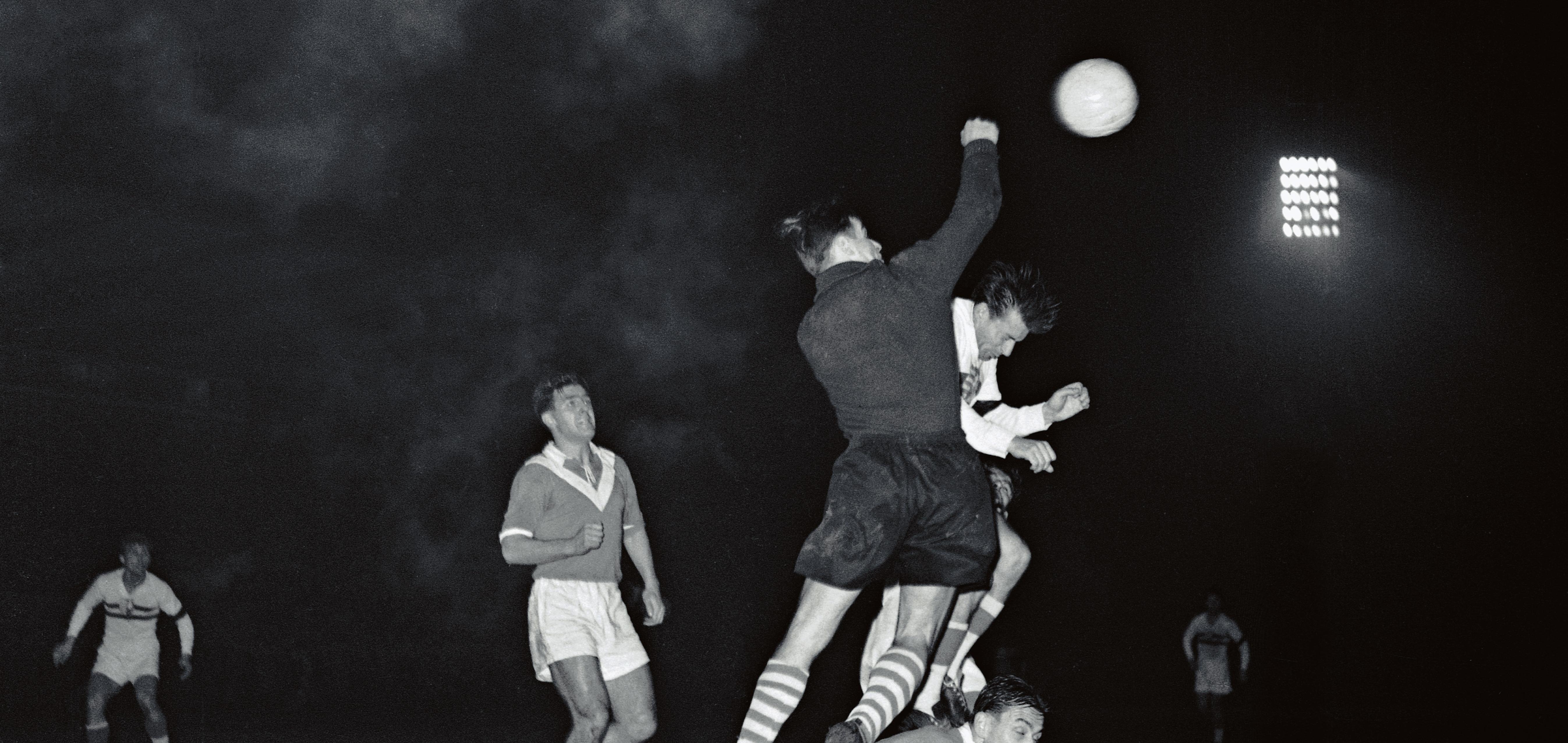 Herkenrath klärt per Faustabwehr im Flutlichtsspiel gegen Honved Budapest. (Foto: Archiv)