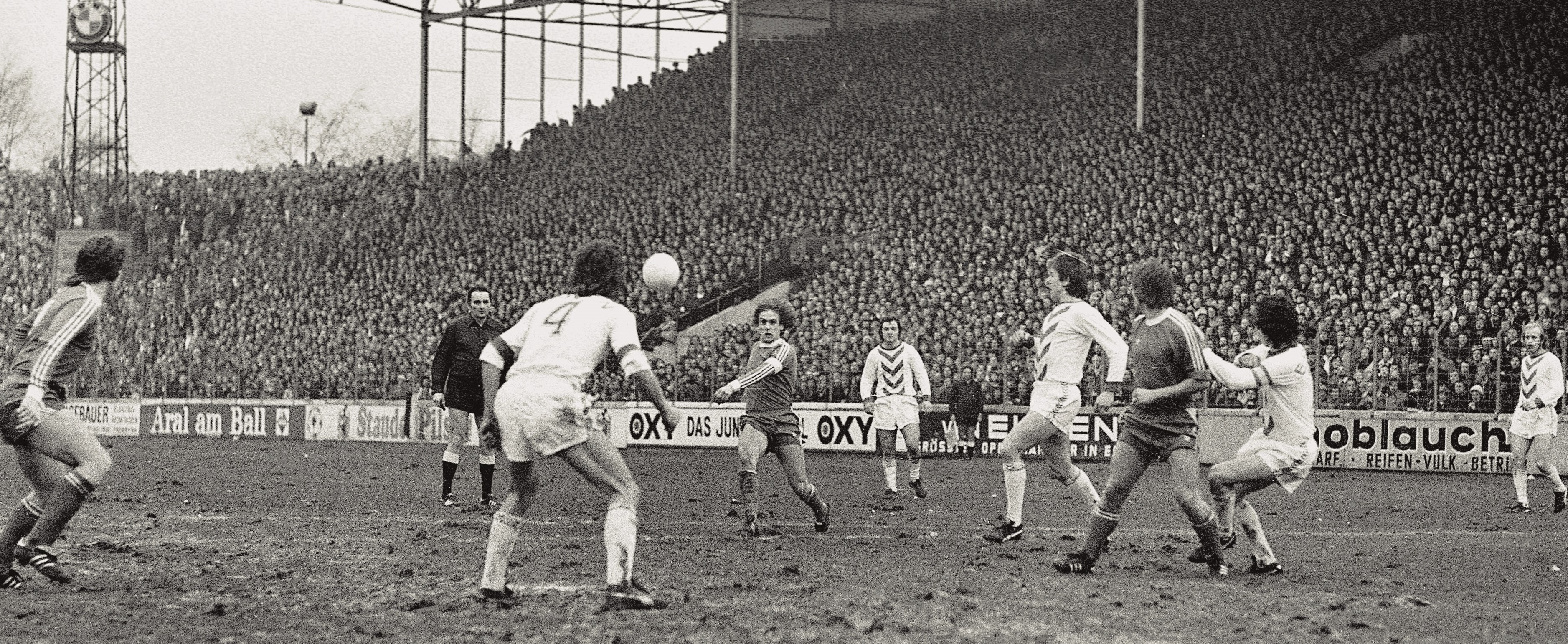 Ausverkauft war die neue, jetzt überdachte Stehtribüne zur Premiere am 15.Februar 1975 beim 4:4 gegen Schalke 04. (Foto: Archiv)