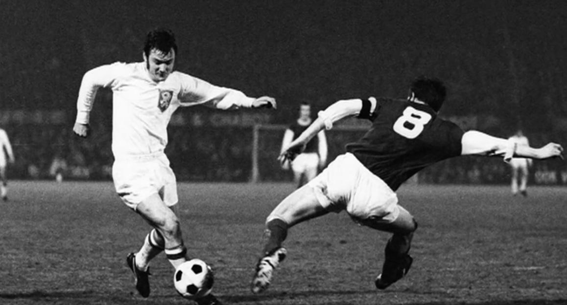 Willi Lippens im Spiel Niederlande gegen Luxemburg, in dem er das 1:0 erzielte. (Foto: Archiv)