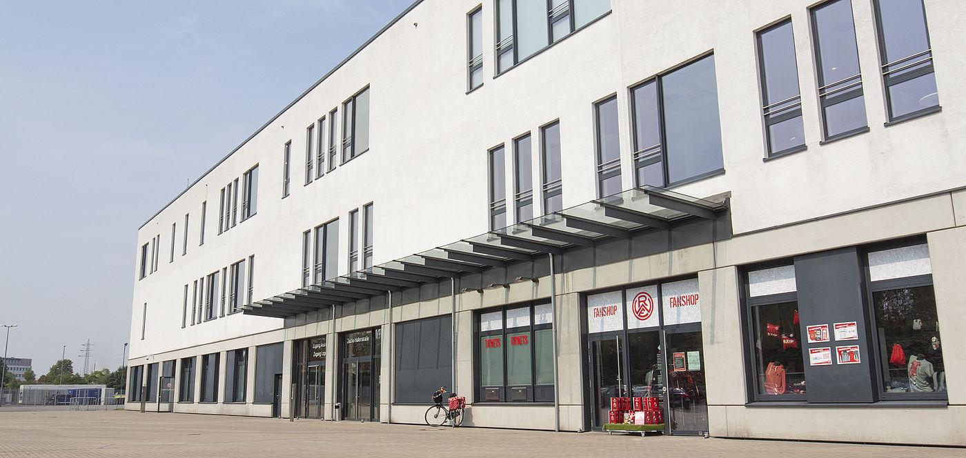Der RWE-Fanshop am Stadion öffnet am Mittwoch ausnahmsweise von 13.00 bis 17.00 Uhr.