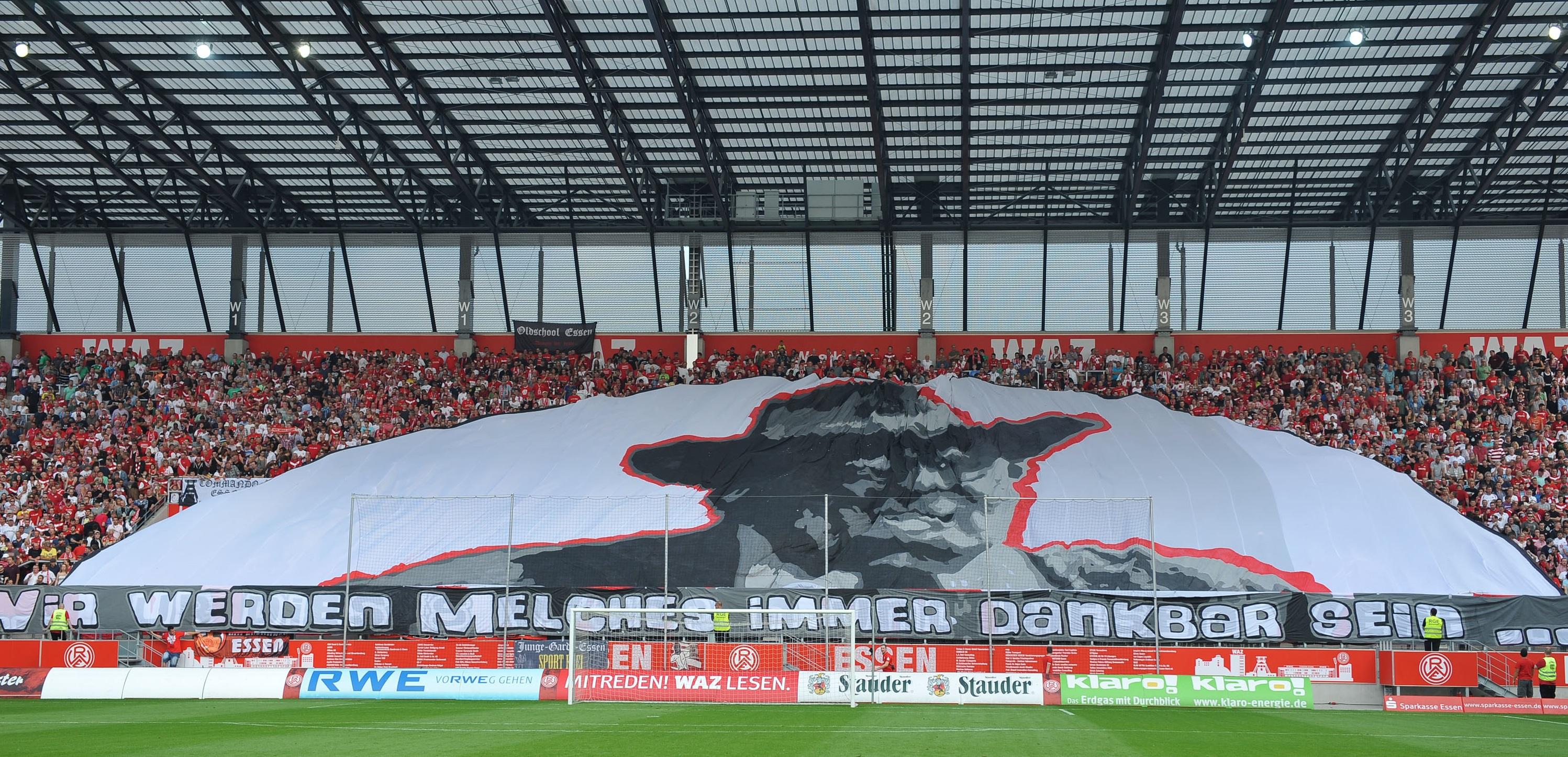 Den Einsatz von Vereinsgründer Georg Melches wissen die RWE-Fans auch heute noch zu schätzen. (Foto: Tillmann)