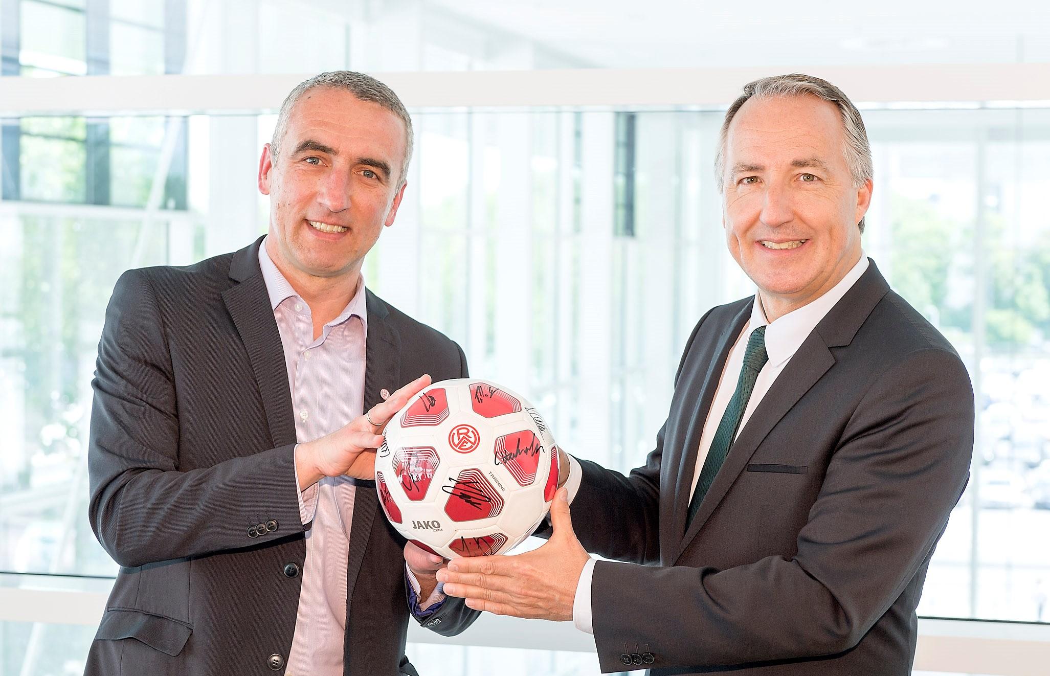 Weiterhin gemeinsam am Ball: Marcus Uhlig und Oliver P. Kuhrt freuen sich über die Premium Partnerschaft von Rot-Weiss Essen und der Messe Essen zur neuen Saison. (Foto: Rainer Schrimm/Messe Essen)