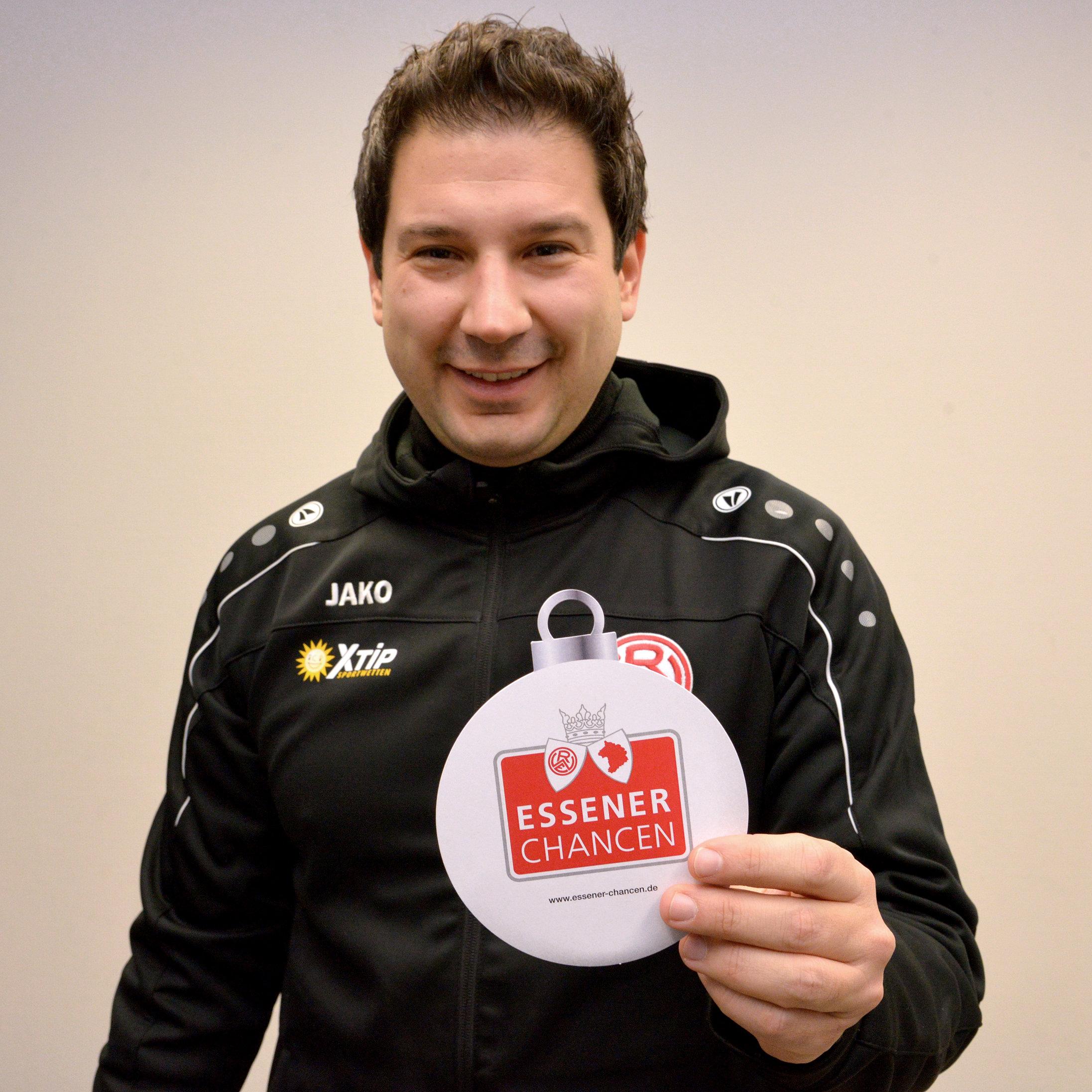Für soziales Engagement ist er immer zu haben: RWE-Chefcoach Argirios Giannikis erfüllt einen Herzenswunsch. (Fotos: EC)