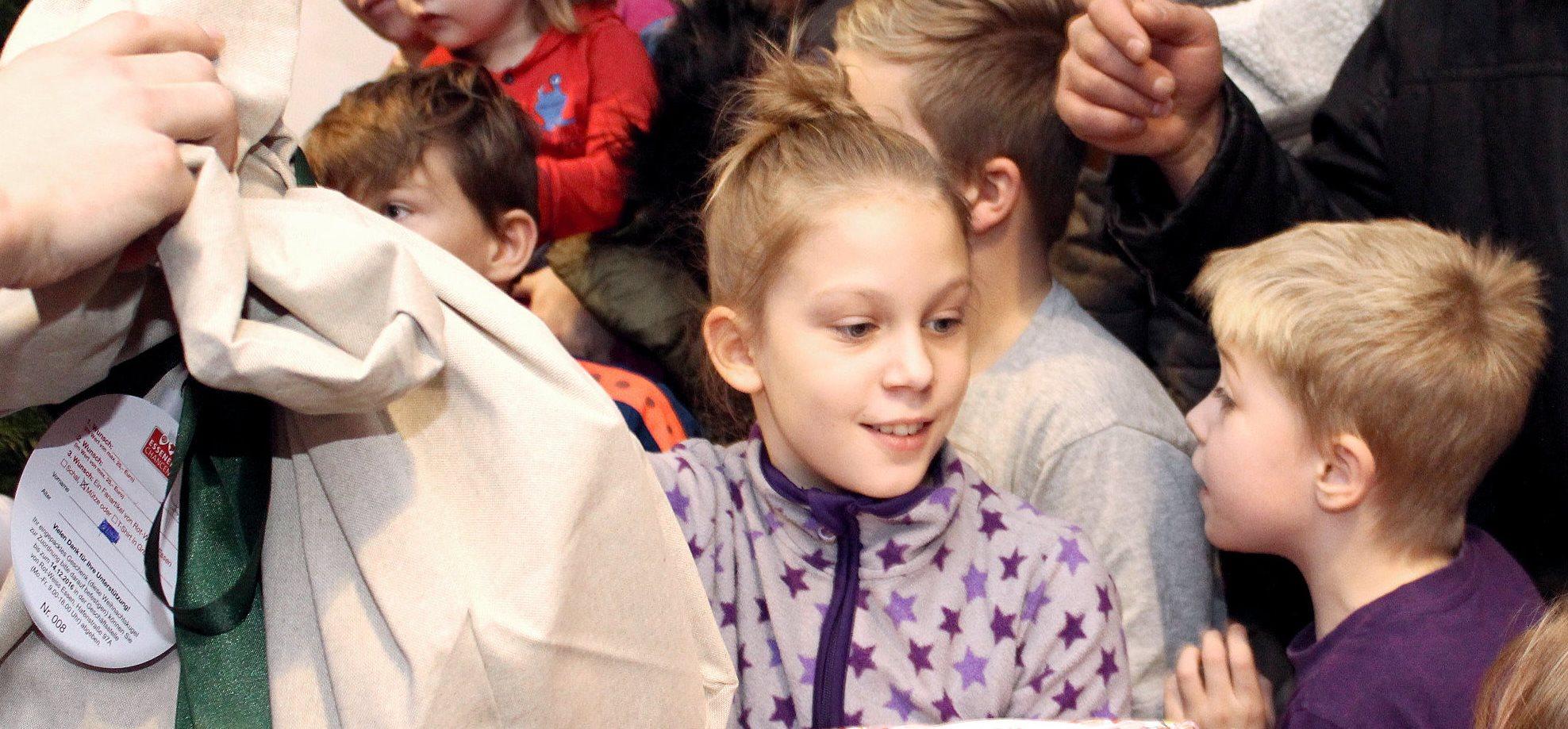 Jetzt für ein strahlendes Kinderlächeln sorgen und die Geschenke bis Freitag an der Hafenstraße abliefern. (Foto: Müller/EC)