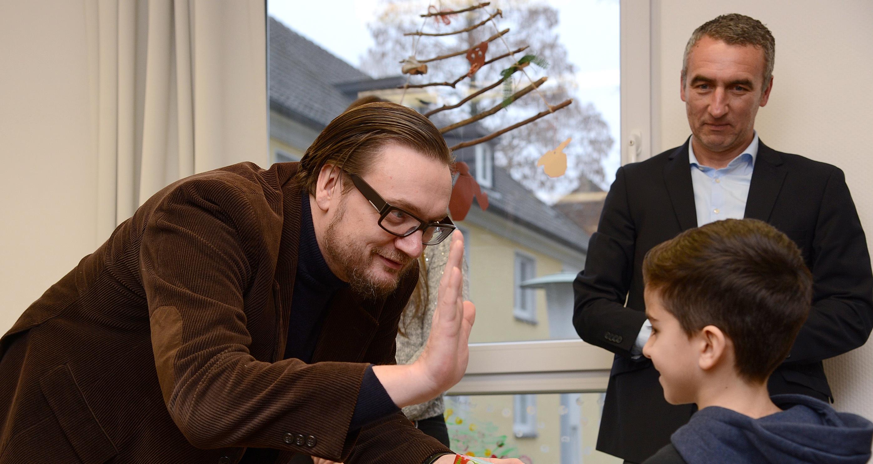 Herzenswunsch erfüllt: Die Rot-Weiss-Essen- und Essener-Chancen-Vorstände Prof. Dr. Michael Welling (li.) und Marcus Uhlig (re.) waren als Weihnachtsmänner im Einsatz. (Fotos: Müller/EC)