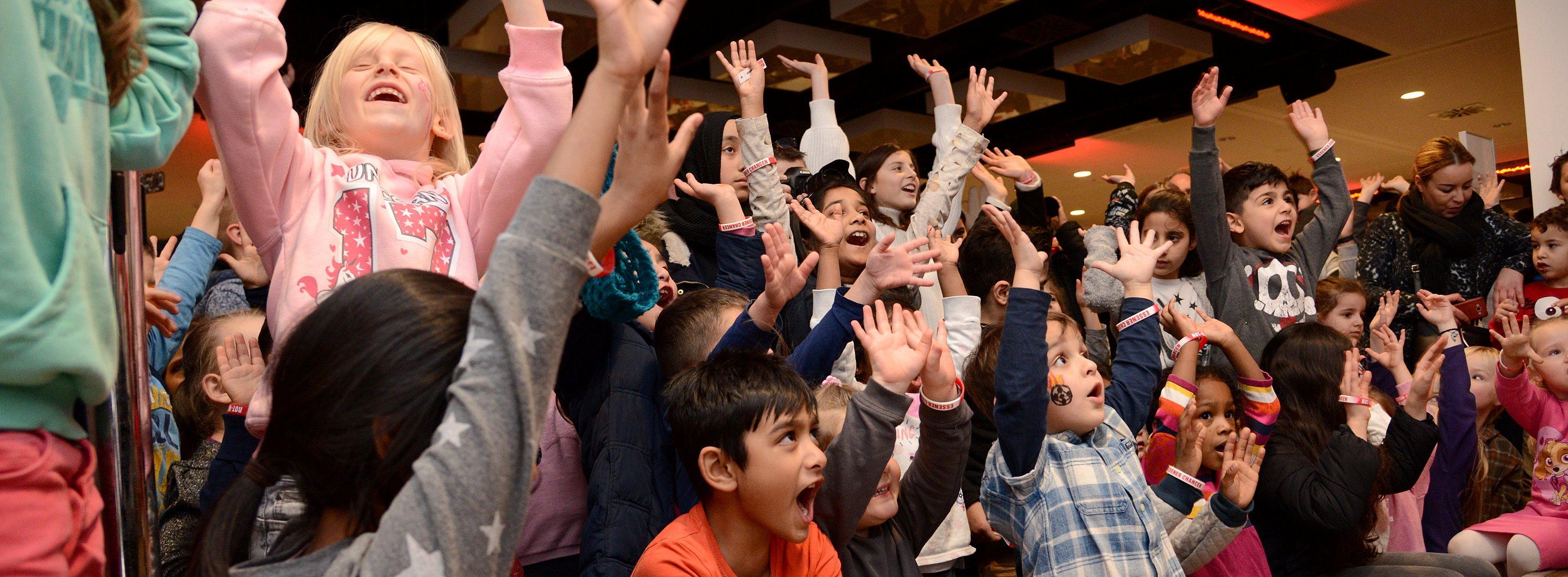 La-Ola-Welle ist Pflicht: Die Kinder feiern gemeinsam die größte Bescherung in Essen. (Fotos: Müller/EC)