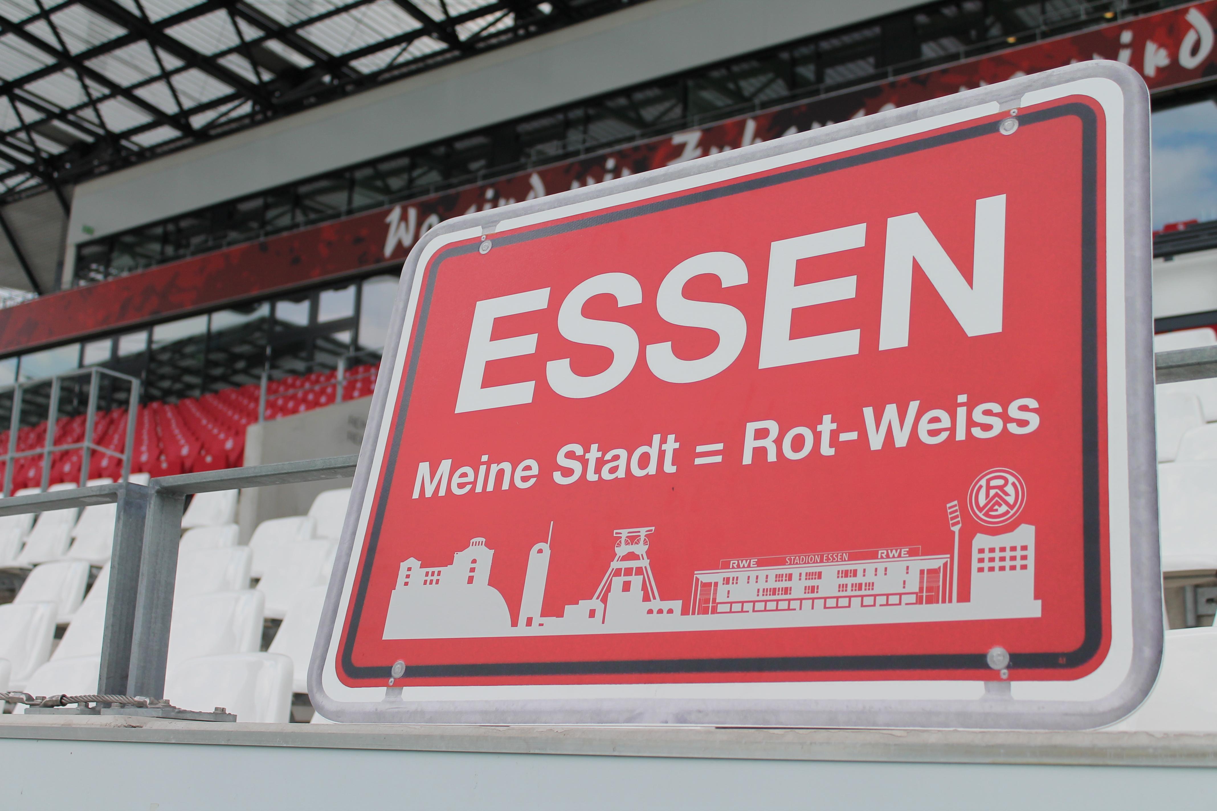 Das Schild Essen - Meine Stadt = Rot-Weiss vor der Haupttribüne im Stadion Essen.