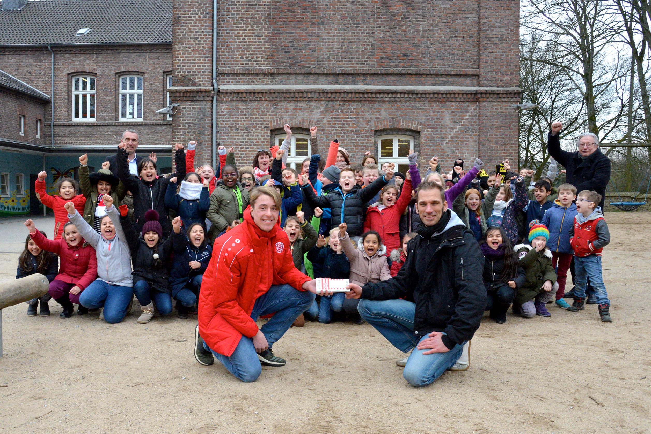 Schöner Besuch in der Nachbarschaft: An der Borbecker Dürerschule startete der Rot-Weisse Ganztag ins neue Jahr. (Foto: Capitain/EC)
