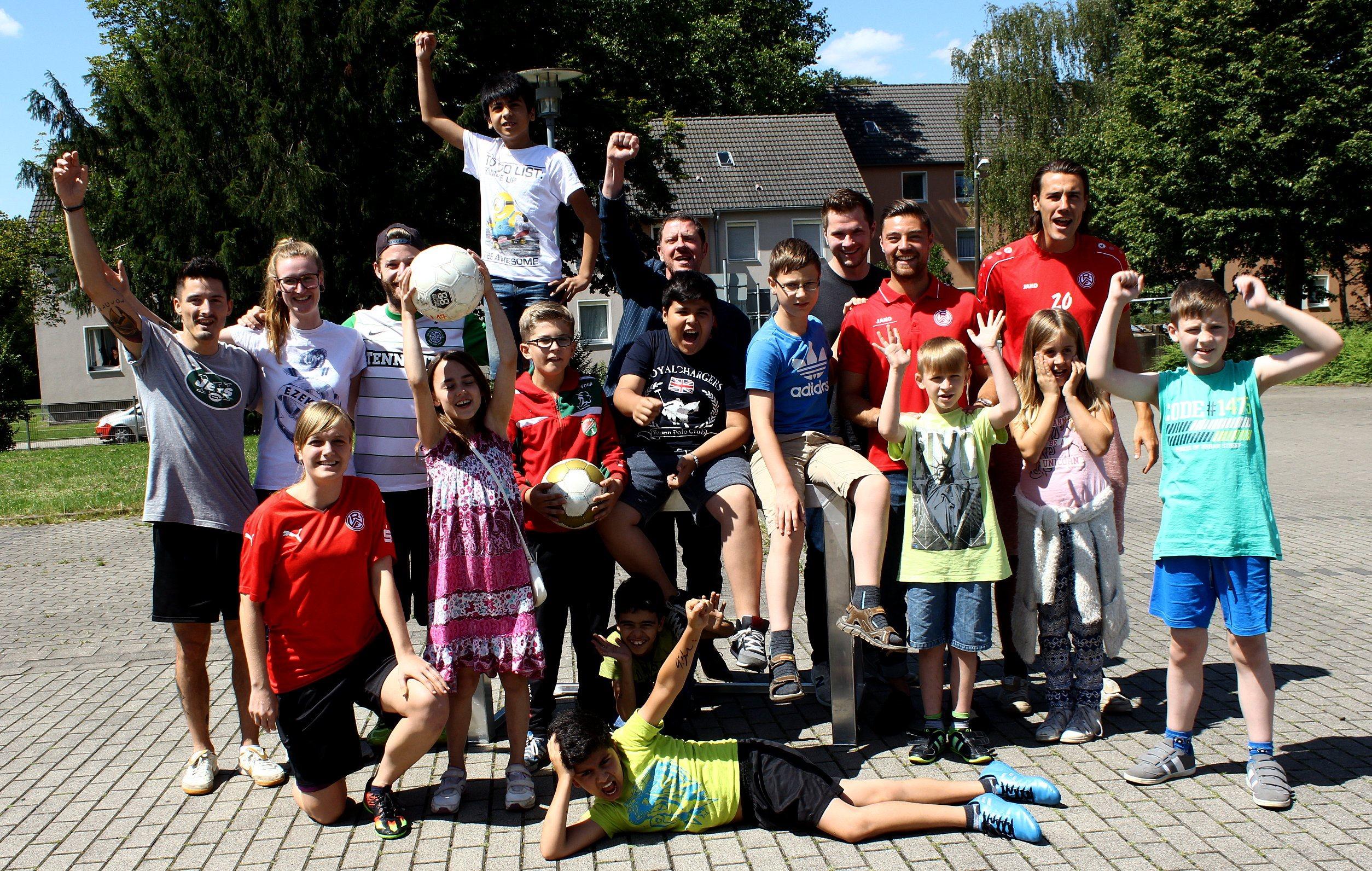 In Feierlaune: Die Kinder von Schule is' auf'm Platz freuen sich über die Unterstützung der Evonik Stiftung. (Foto: Müller/EC)