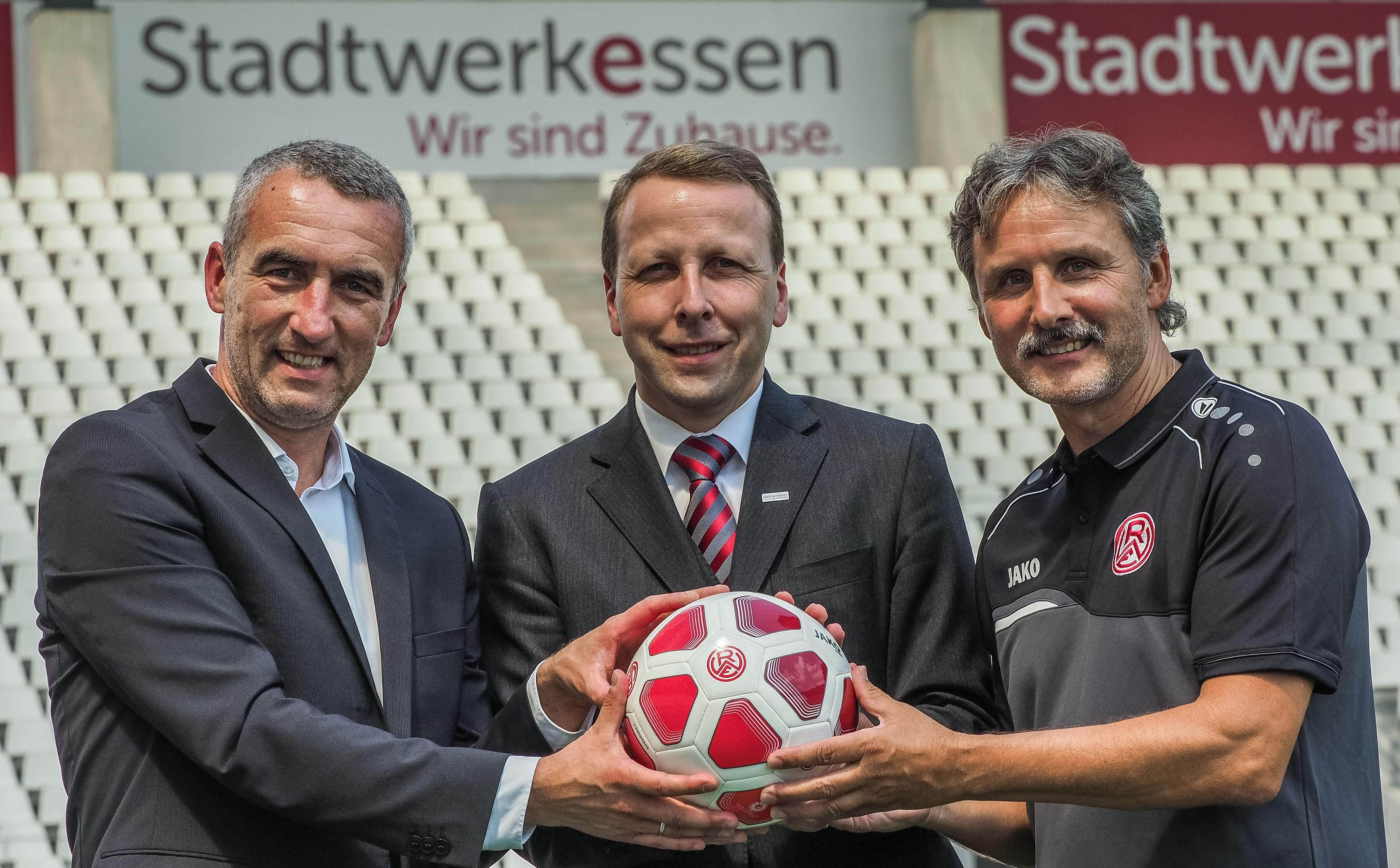 Marcus Uhlig (l.) und Dirk Helmig (r.) freuen sich über die Verlängerung der Partnerschaft der Stadtwerke Essen um Vorstand Lars-Martin Klieve. (Foto: Gohl)