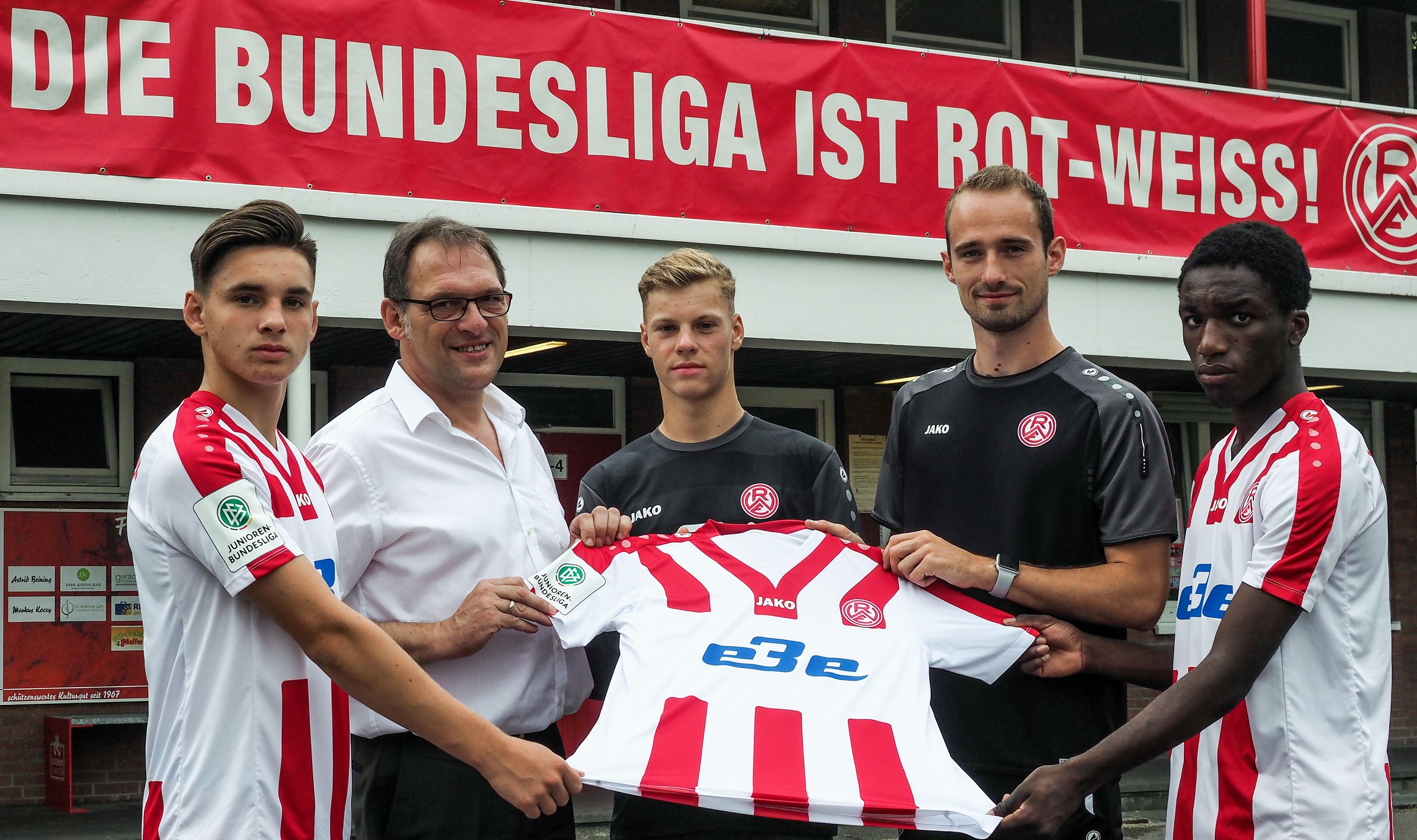 Starten am Samstag gemeinsam in die Saison: Uwe Unterseher-Herold (zweiter von links) und die EBE begleiten die rot-weisse Jugendabteilung um die U17 von Chef-Trainer Lars Fleischer (zweiter von rechts) in der anstehenden Spielzeit als Hauptsponsor.