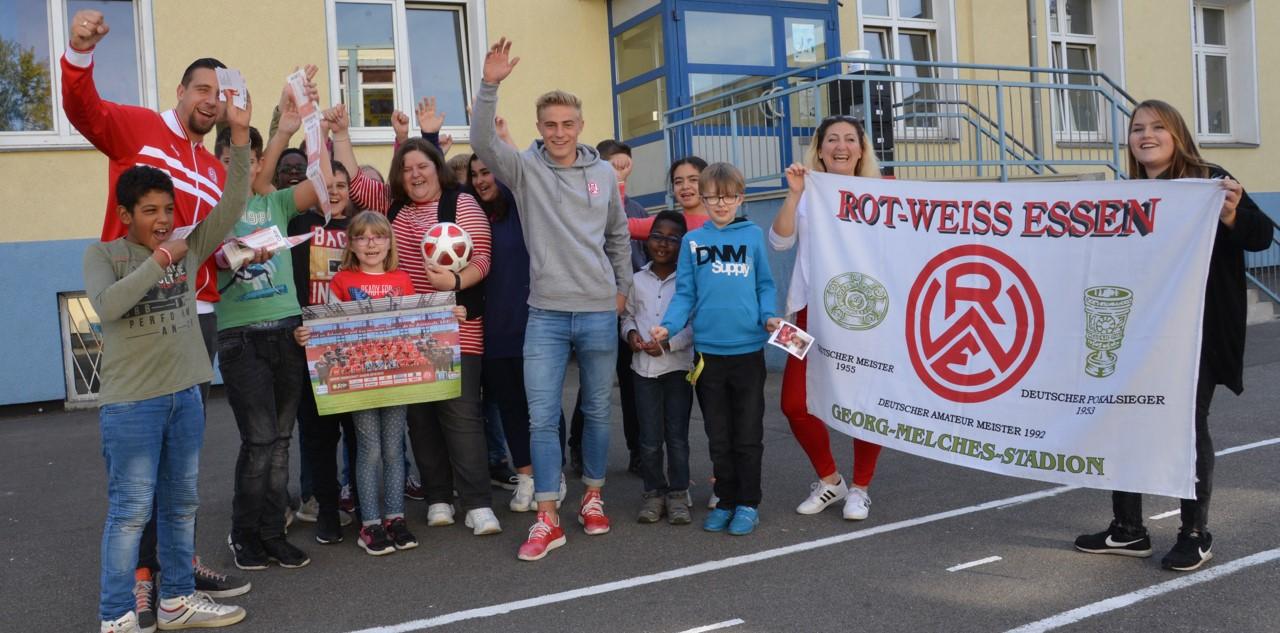 Die Rot-Weissen David Jansen und Cedric Harenbrock waren in der Friedrich-Fröbel-Schule in Kray zu Gast. (Foto: Capitain)