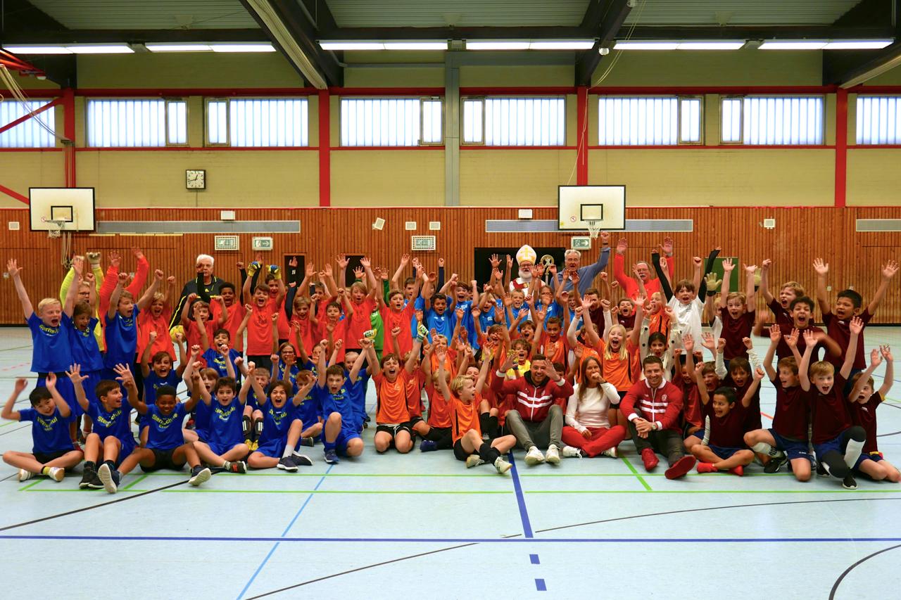 So sehen Sieger aus! Die Ardeyschule gewinnt den Nikolaus-Cup 2018 im Finale gegen die Stiftsschule. (Fotos: Capitain)