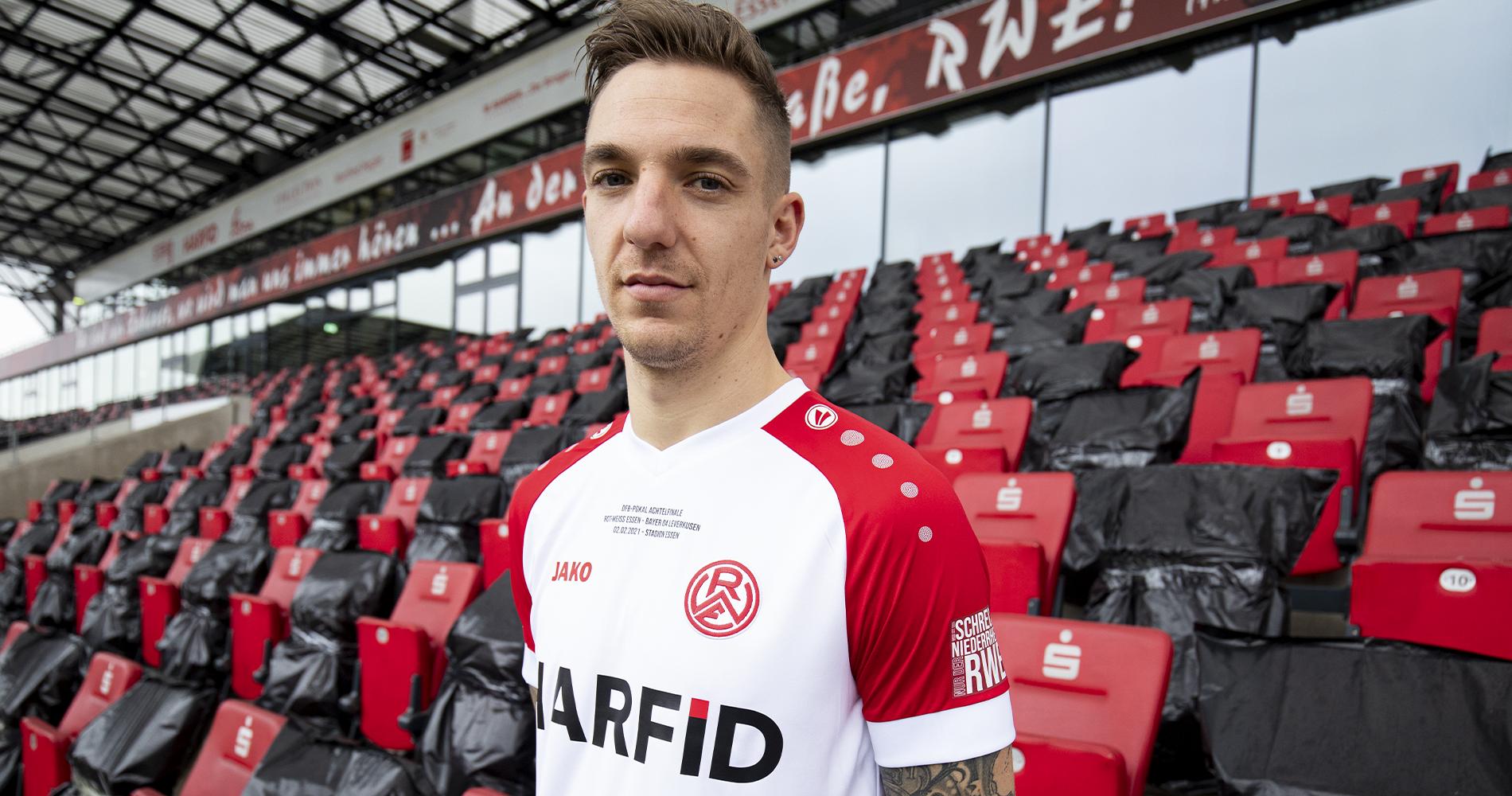 RWE-Kapitän und Zweitrunden-Torschütze Marco Kehl-Gomez im Pokaltrikot, enthalten in den vorbestellbaren Pokal-Paketen.