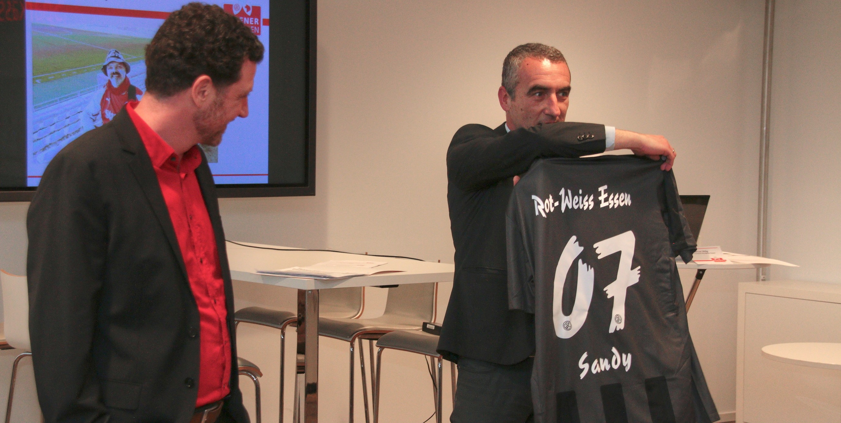 """Symbolische Trikotübergabe: Tani Capitain (l.) und Marcus Uhlig ehren den Einsatz von""""Sandy"""" Sandgathe. (Foto: Müller)"""