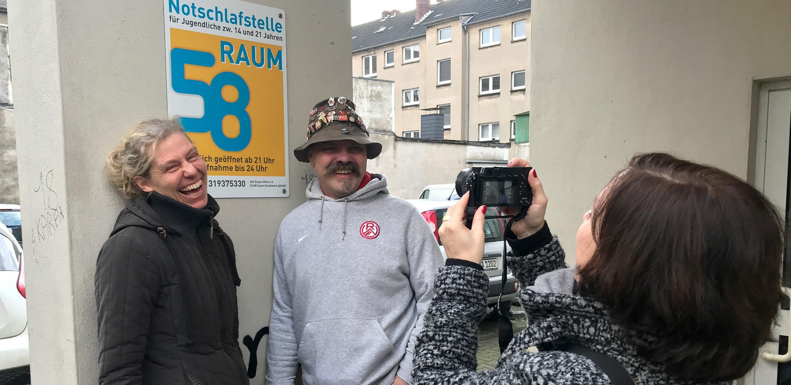 """Unterstützung für ein wichtiges Projekt: Manuela Grötschel, Leiterin der Notschlafstelle Raum 58, freut sich über die Spende von """"Sandy"""" Sandgathe. Foto: Capitain/EC"""
