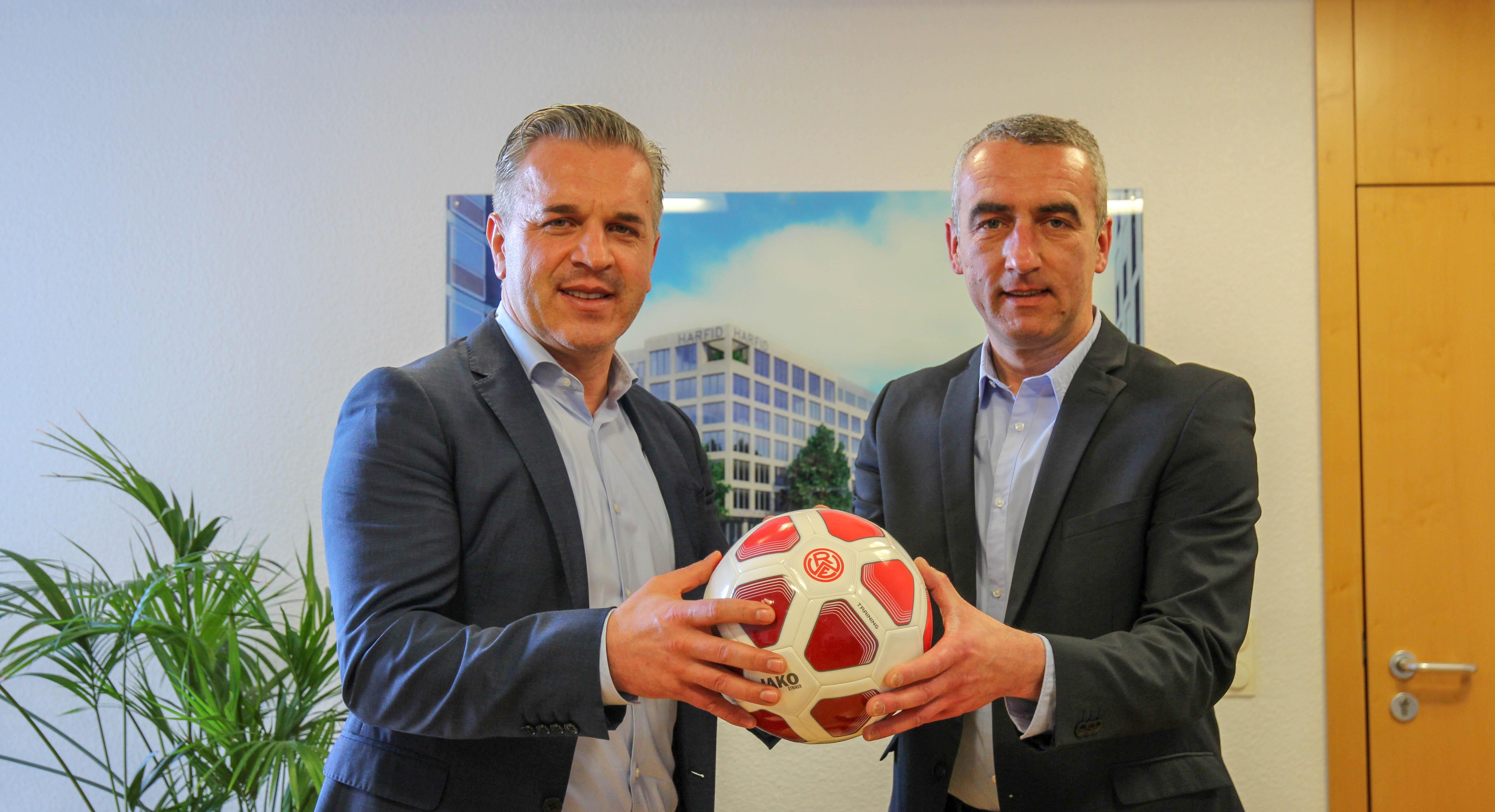 Harfid Hadrovic (li.) und sein Unternehmen erweitern das Engagement an der Hafenstraße Saison deutlich. (Foto: RWE)