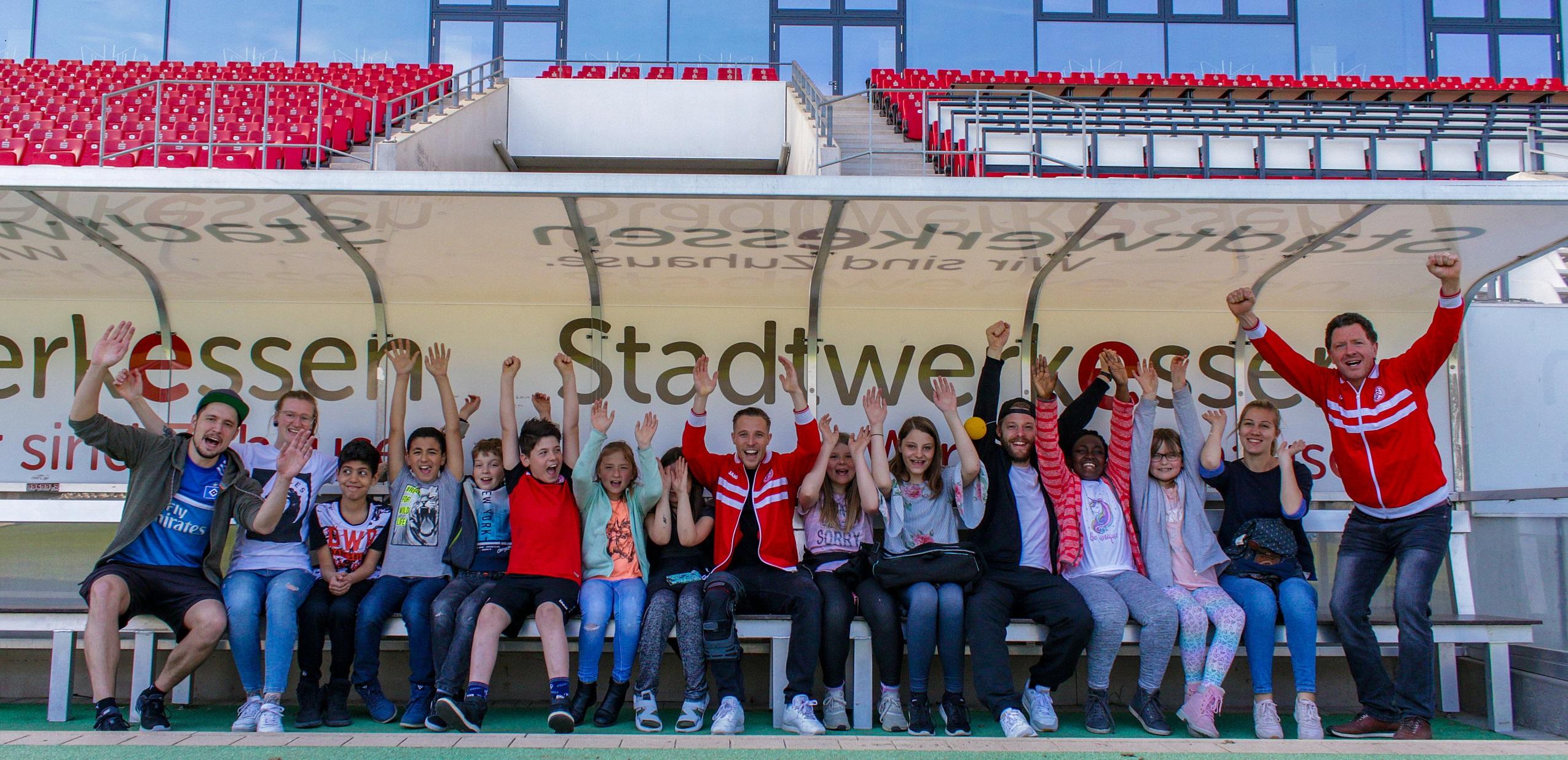 Florian Bichler von Rot-Weiss Essen zeigte den Kids Spielfeld, Presseraum und sogar die heiligen Kabinen der Mannschaft. (Foto: Müller/EC)