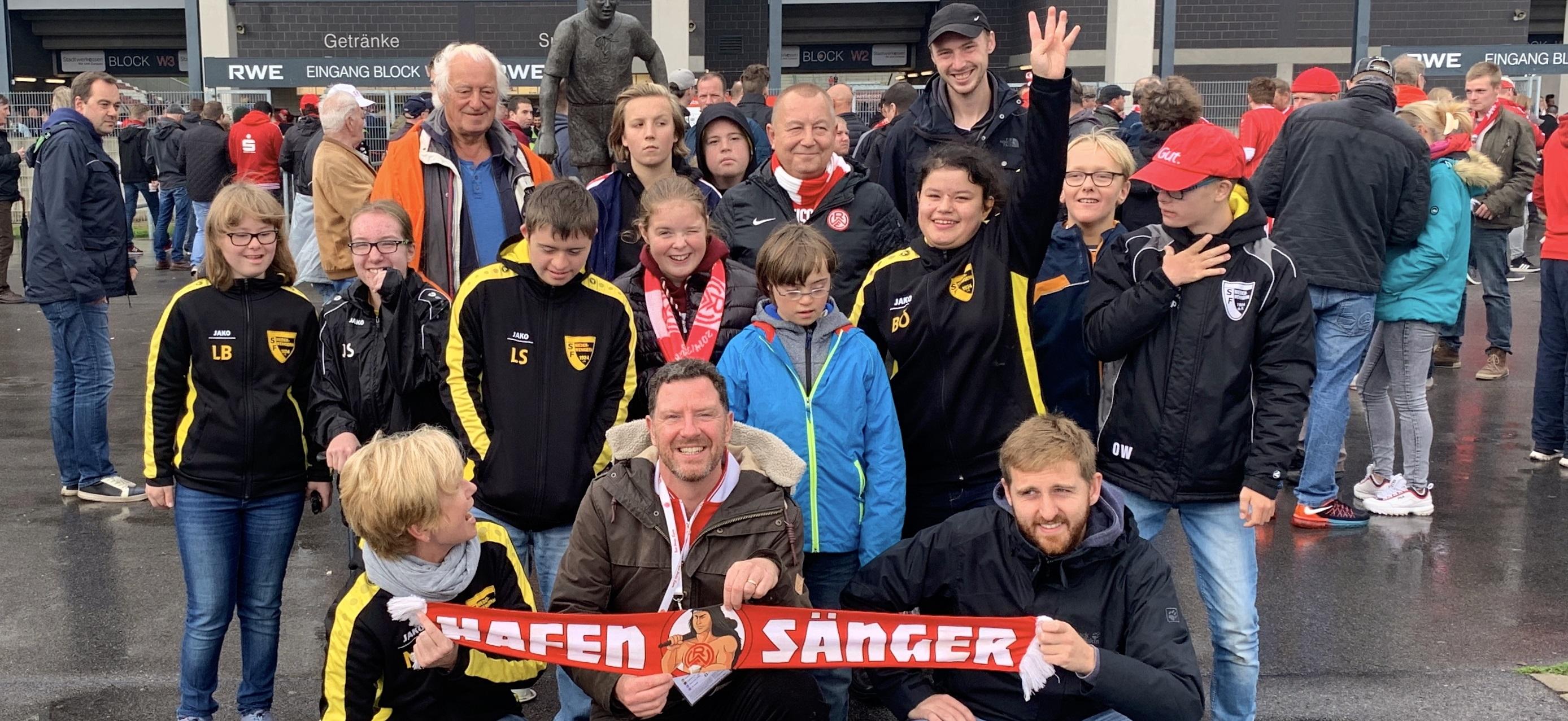 Rot-Weisse halten zusammen: Fans aus dem RWE-Forum luden das Handicap-Team der SF Niederwenigern zum Verl-Spiel ein und erfüllten so ihren Herzenswunsch Hafenstraße. (Foto: EC)