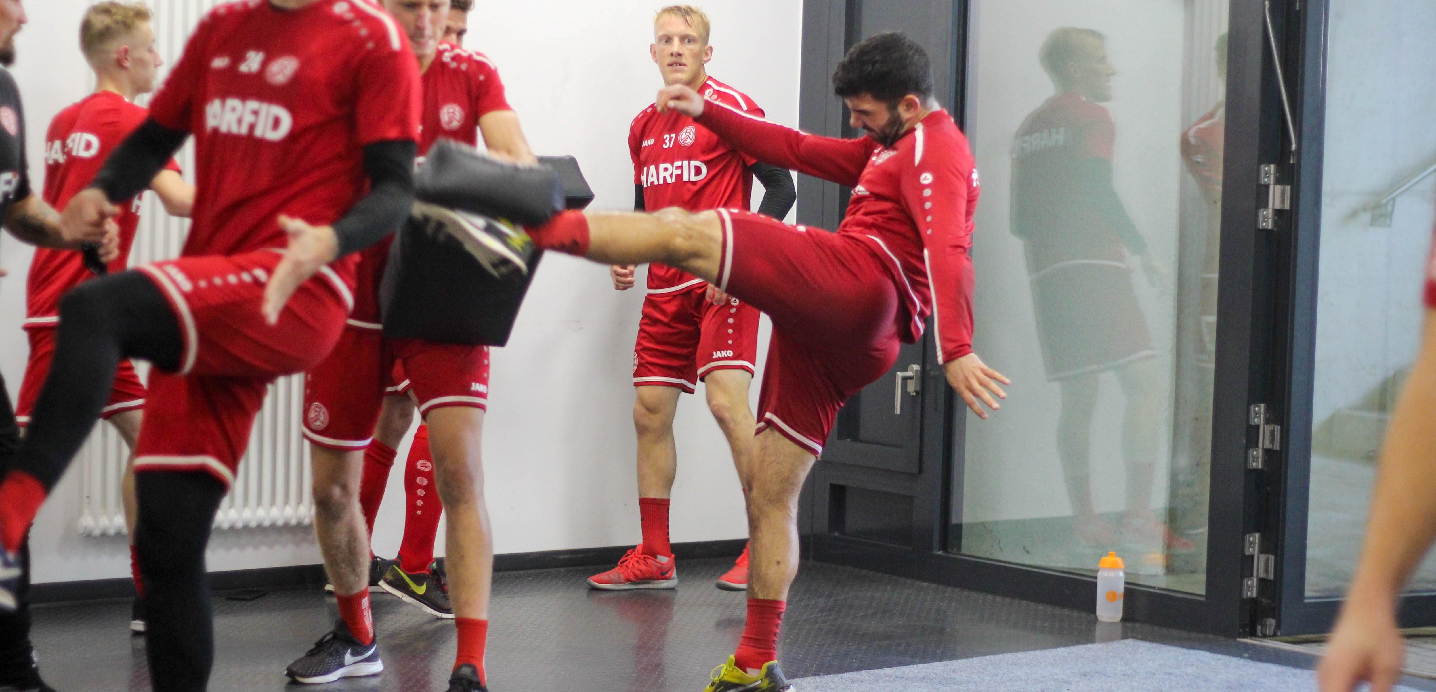 """""""Ötzi"""" Kefkir bei der Arbeit. Am Montag malochten die Rot-Weissen nicht nur auf dem Fußballplatz."""
