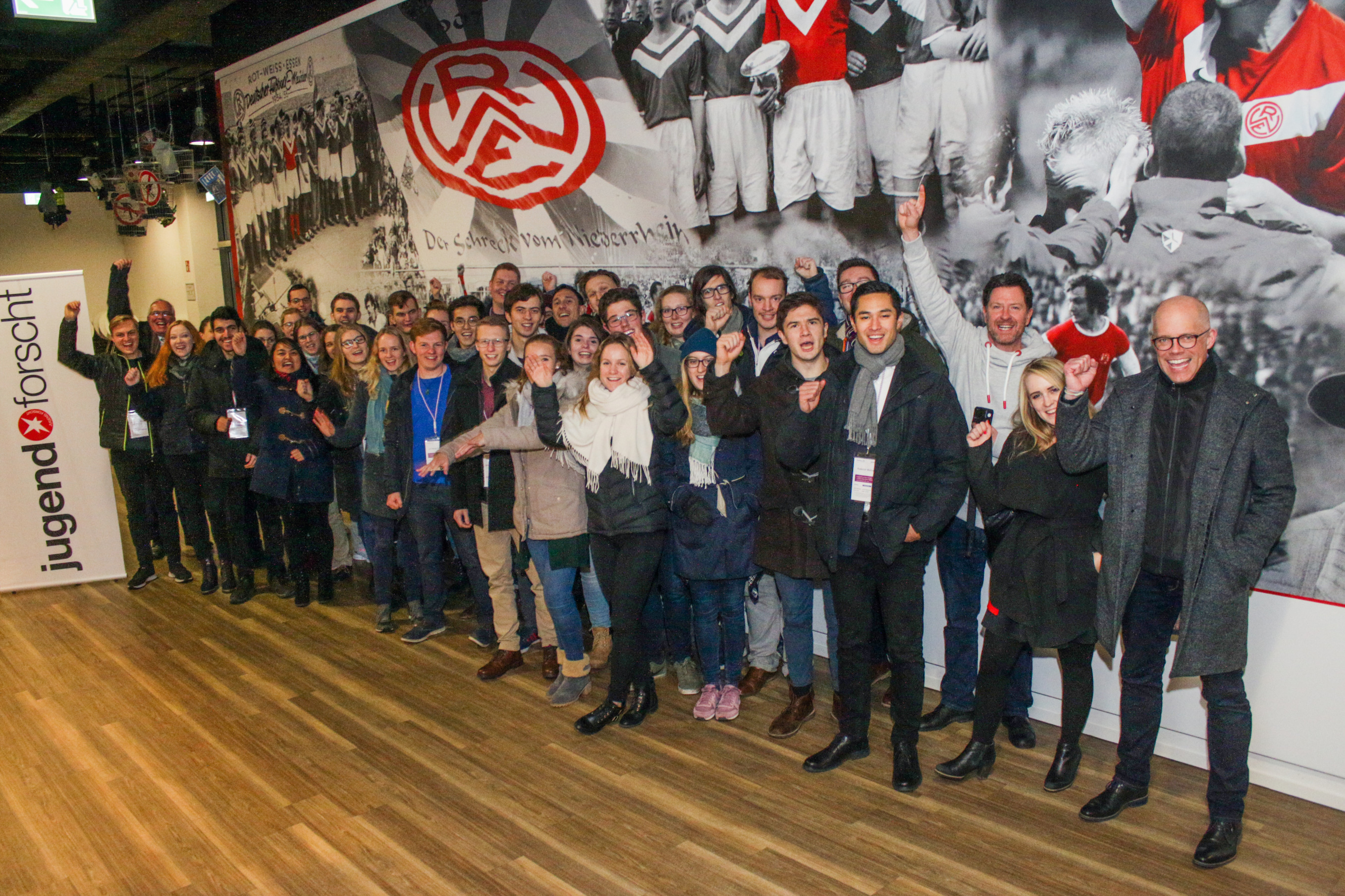 Spannende Stadionführung: Die von Evonik Stiftung und Jugend forscht eingeladenen Alumni bekamen an der Hafenstraße Einblicke in die Geschichte von Rot-Weiss Essen und in die Arbeit der Essener Chancen für Kinder und Jugendliche. (Foto: Müller/EC)