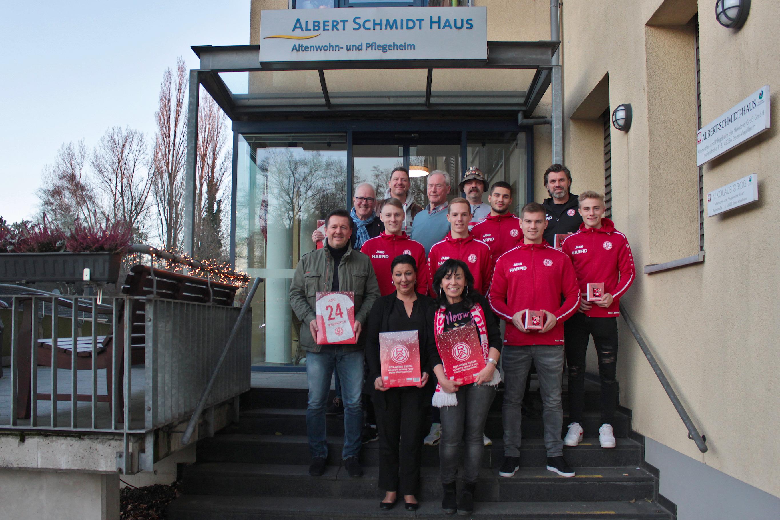 """Schöner Nachbarschaftsbesuch: Essener Chancen und Rot-Weiss Essen waren mit den """"Herzenswünschen on Tour"""" im Albert Schmidt Haus zu Gast. (Foto: Müller/EC)"""