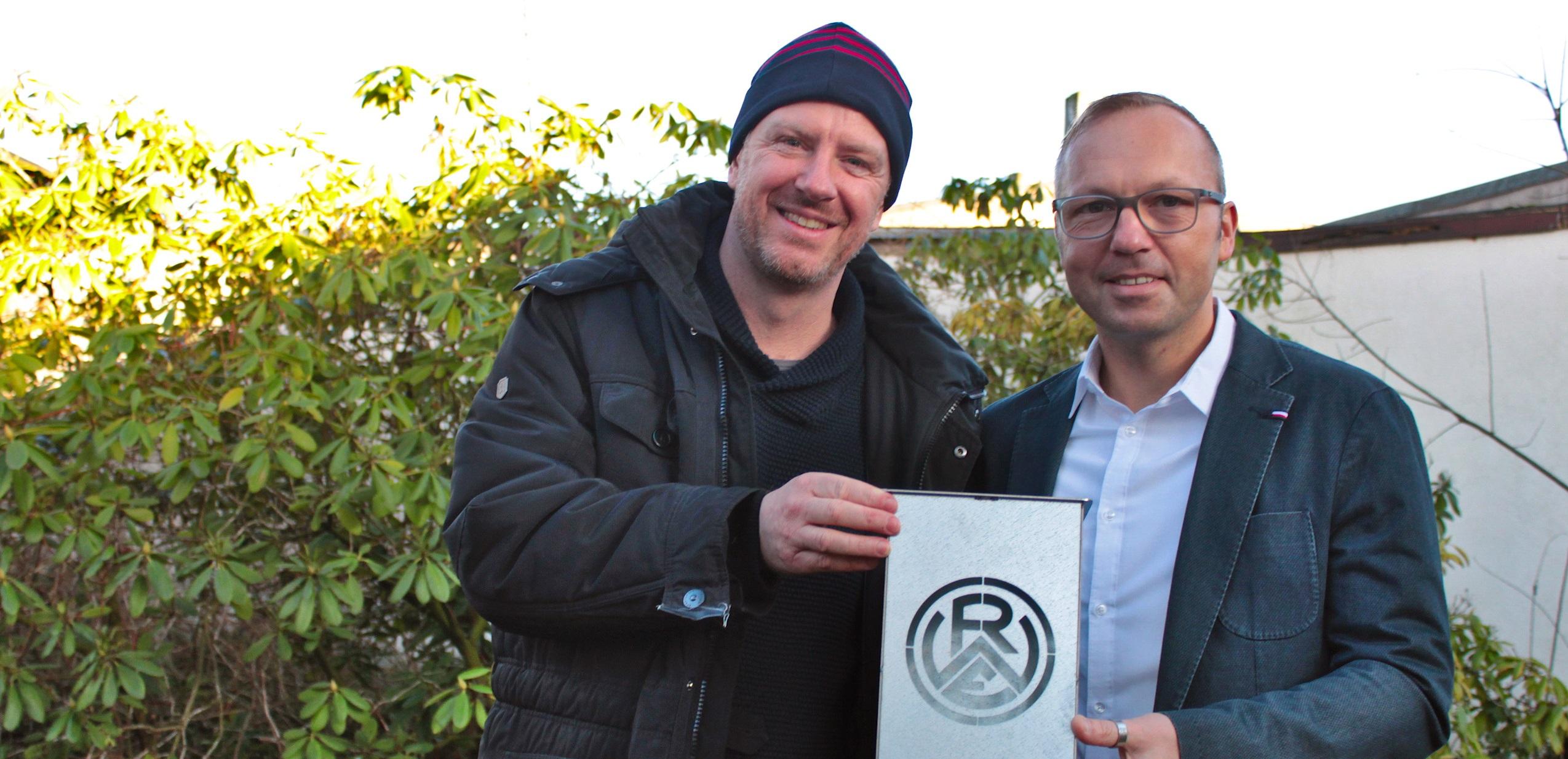 Rot-Weisse Auktion für den guten Zweck: Tani Capitain (li.), Leiter der Essener Chancen, und Thomas Wittke, Geschäftsführer der Jugendberufshilfe Essen, freuen sich über die Gebote für den RWE-Deckenstrahler aus der Werkstatt der AufSteiger. (Foto: Müller/EC)