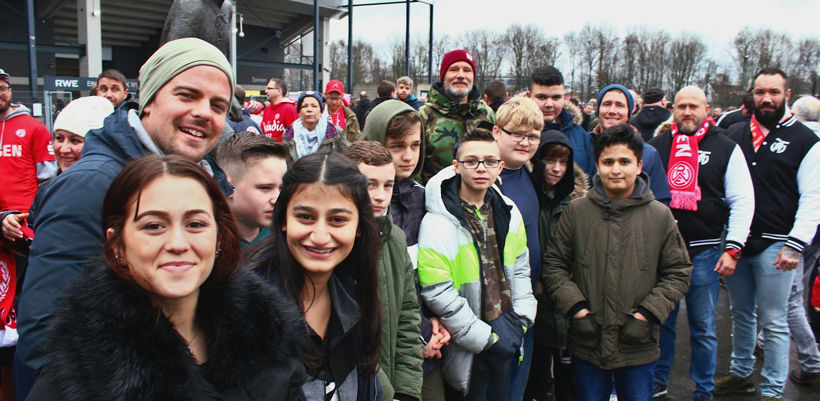 Spannendes Abenteuer: Essener-Chancen-Boschafter Patrick Korte (hinten rechts) nahm die elf Parkschüler mit Betreuer Stefan Kirchheim (2. v. r.) an der Hafenstraße in Empfang. (Foto: Müller/EC)