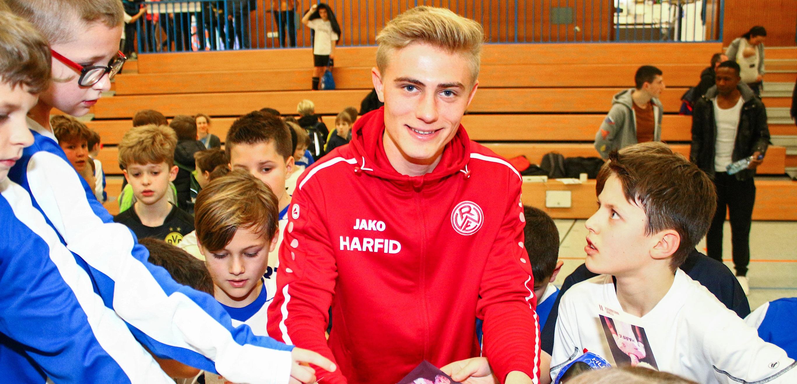 Besuch aus Bergeborbeck: Cedric Harenbrock von Rot-Weiss Essen schrieb fleißig Autogramme und nahm sich Zeit für die vielen Fragen der Kids. (Foto: EC)