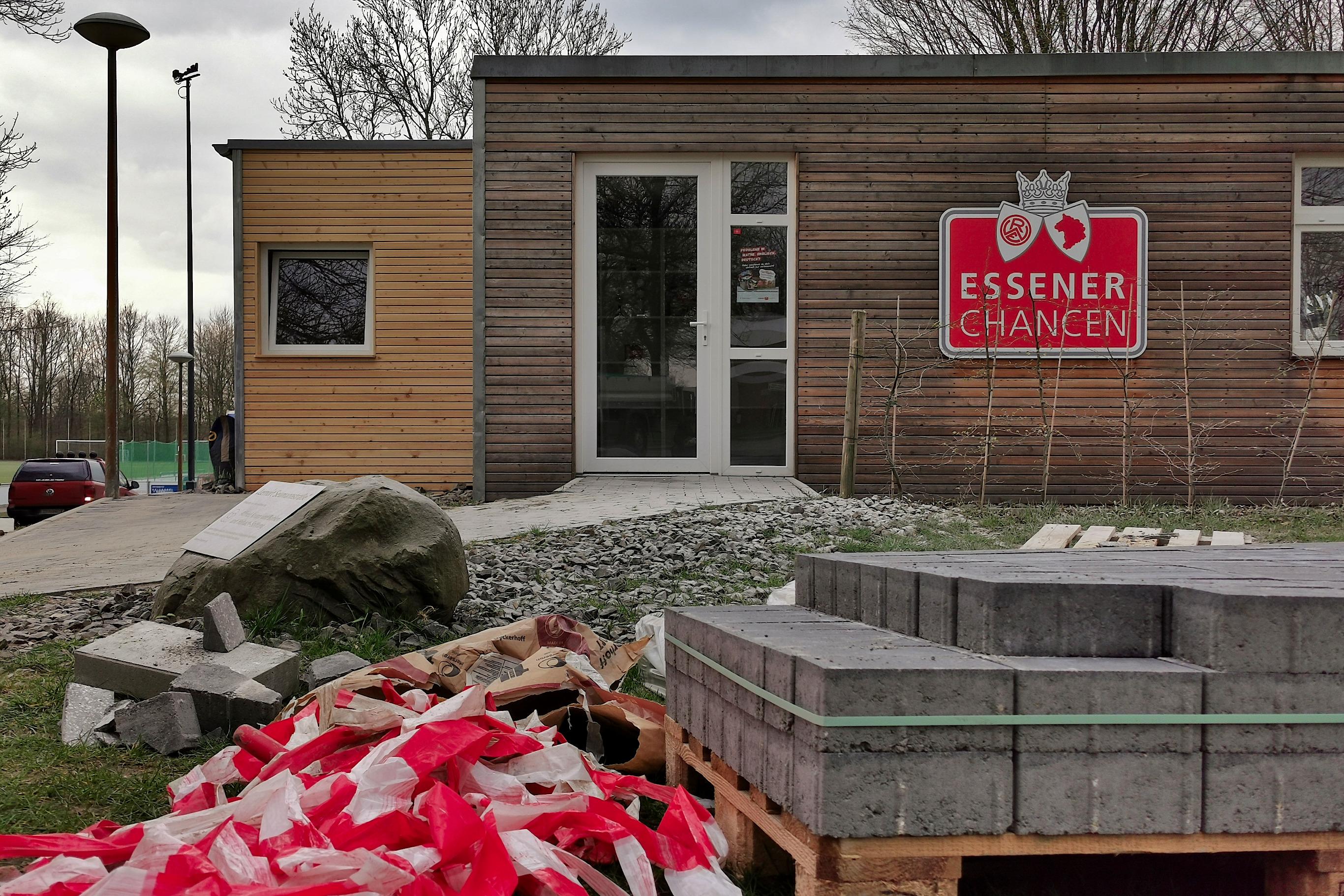 Weiterer Schritt für den Lernort Seumannstraße: Das Gebäude wurde durch einen Kiosk und einen Aufenthaltsbereich erweitert, um den Begegnungscharakter weiter zu stärken. (Fotos: Müller/EC)