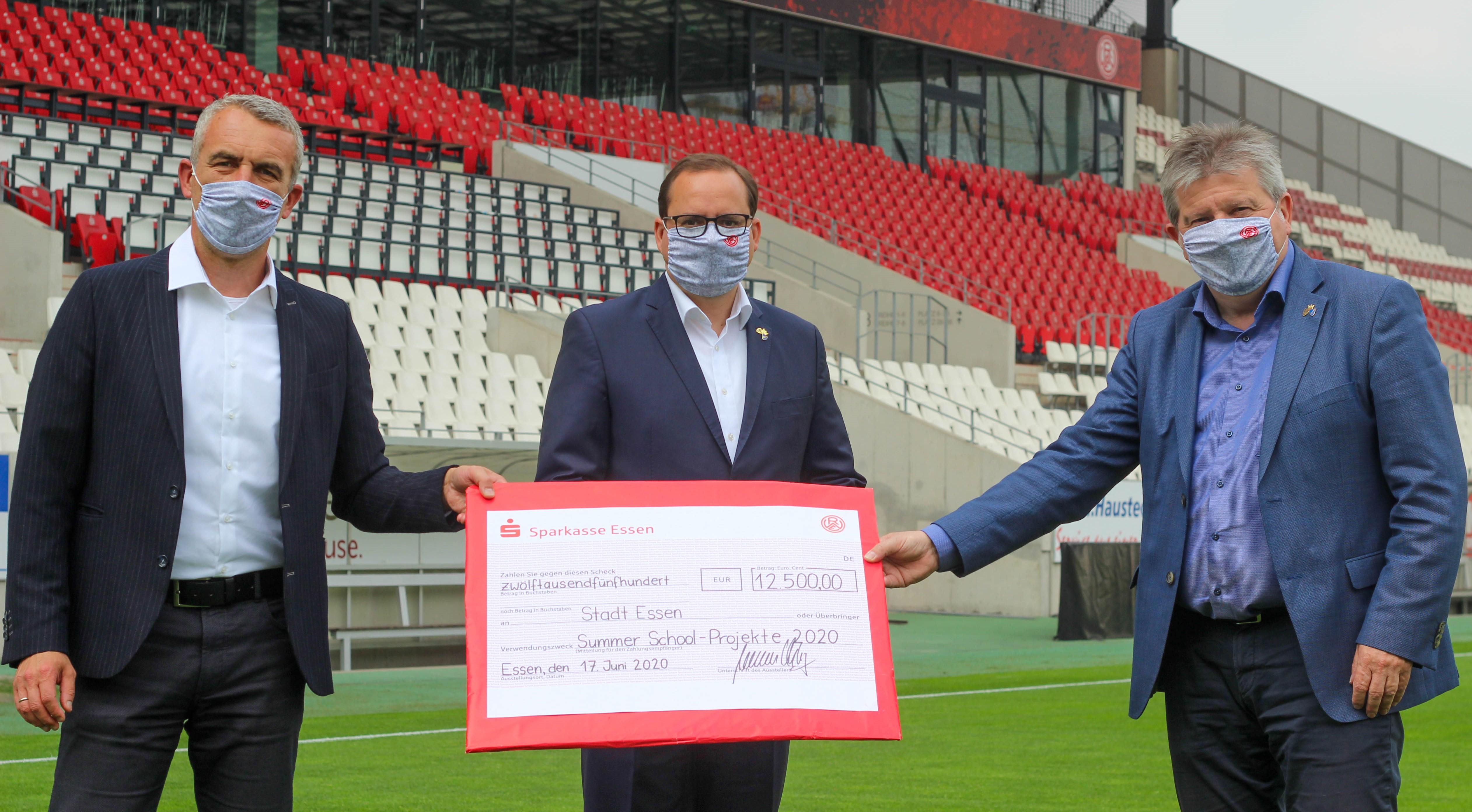 Stellvertretend für den gesamten RWE überreichte Vorstandsvorsitzender Marcus Uhlig die Spende an Essens Oberbürgermeister Thomas Kufen und Gesundheitsdezernenten Peter Renzel.