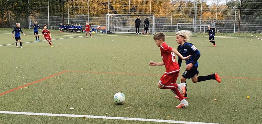 Rechts antäuschen, links vorbei: Die rot-weisse U11 hat den SC Paderborn im Test mit 5:3 geschlagen. (Foto: RWE/NLZ)