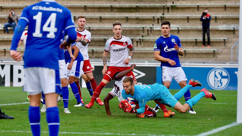 Schalke-Schlussmann Michael Zadach rettet in dieser Situation noch vor Daniel Heber. Später ist er machtlos. (Foto: Endberg)