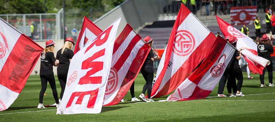 Keine Zuschauer, dafür Fahnen: Am Samstag dürfen Fans und Fanclubs die Westkurve rot-weiss färben. (Archivfoto: Endberg)