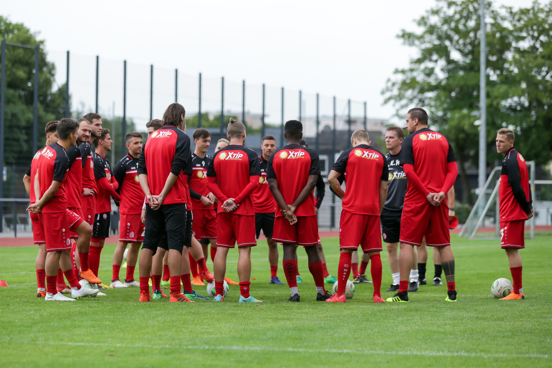 Am heutigen Montag versammelte Chef-Trainer Karsten Neitzel seine Mannschaft zum Trainingsauftakt. (Foto: Endberg)