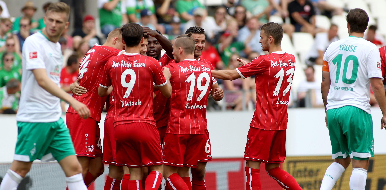 Im ersten Spiel des Turniers besiegten die Rot-Weissen Werder Bremen mit 1:0. (Foto: Endberg)