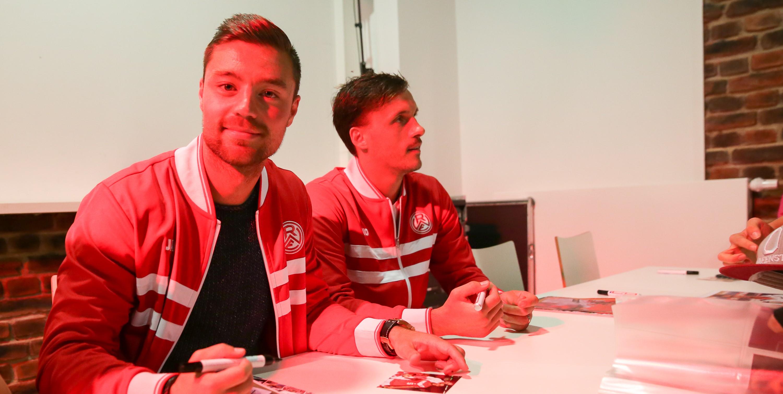 Auch Timo Brauer und Marcel Platzek besuchen am Donnerstag die Sparkassen-Filiale in Essen Borbeck. (Foto: Endberg)
