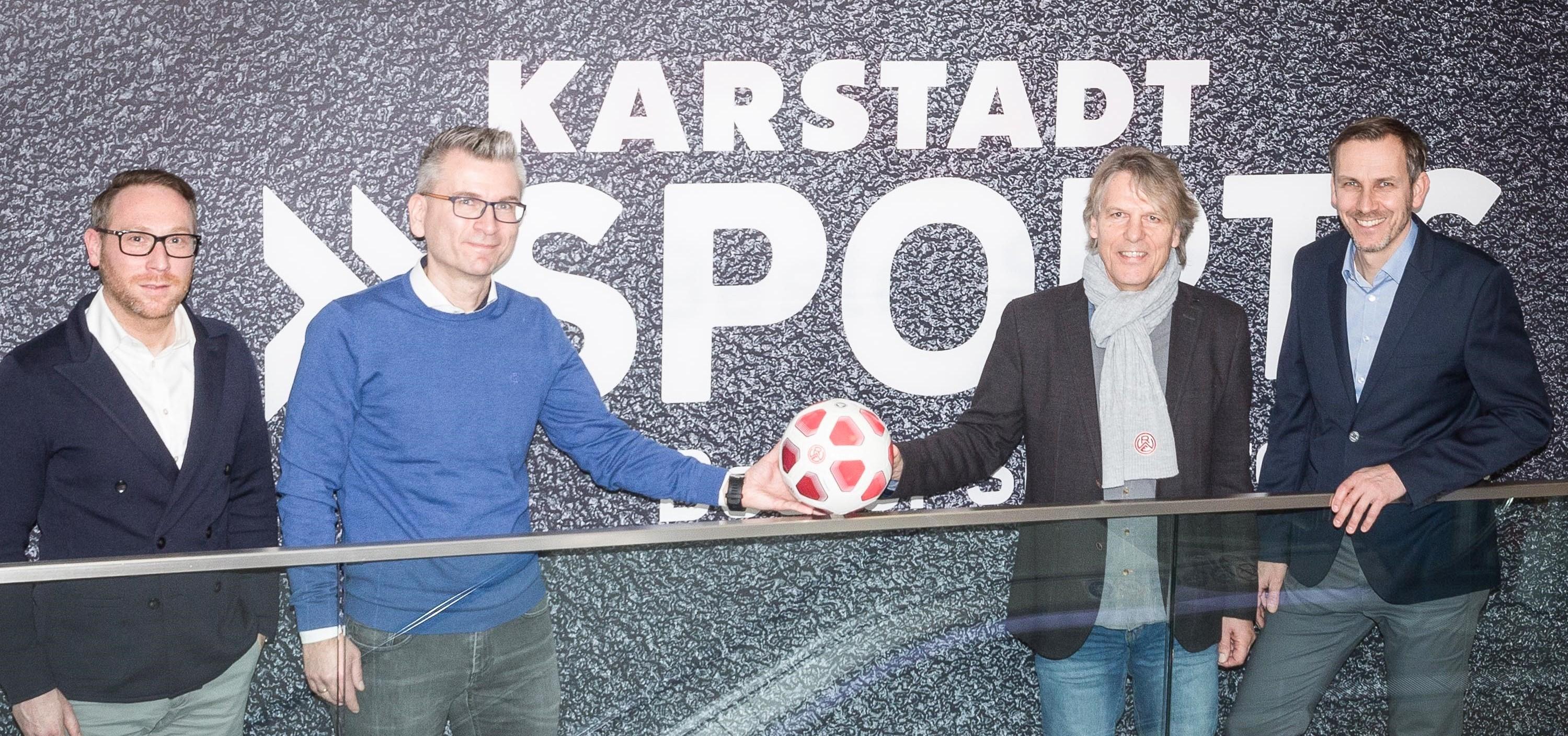 Holger Schmidt (Head of CRM Marketing Karstadt Sports), Stefan Weiß (Vertriebsleiter Region West Karstadt Sports), Rainer Koch (Direktor Marketing, Fans & Mitglieder Rot-Weiss Essen) und Stefan Bielefeld (Leitung Marketing Karstadt Sports) freuen sich auf die Zusammenarbeit. (Foto: Endberg)