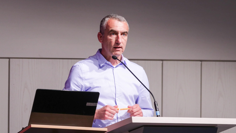 RWE-Vorstandsvorsitzender Marcus Uhlig richtet sich an die rot-weisse Anhängerschaft. (Foto: Endberg)