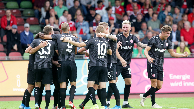 Mit 3:0 gewannen die Rot-Weissen im Stadion Niederrhein gegen Rot-Weiß Oberhausen. (Foto: Endberg)