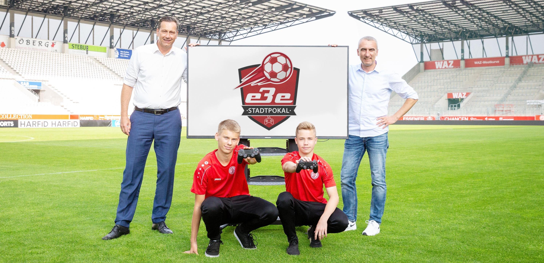 EBE-Geschäftsführer Stephan Tschentscher und RWE-Vorstand Marcus Uhlig präsentieren den EBE Esports Stadtpokal.(Foto: Endberg)