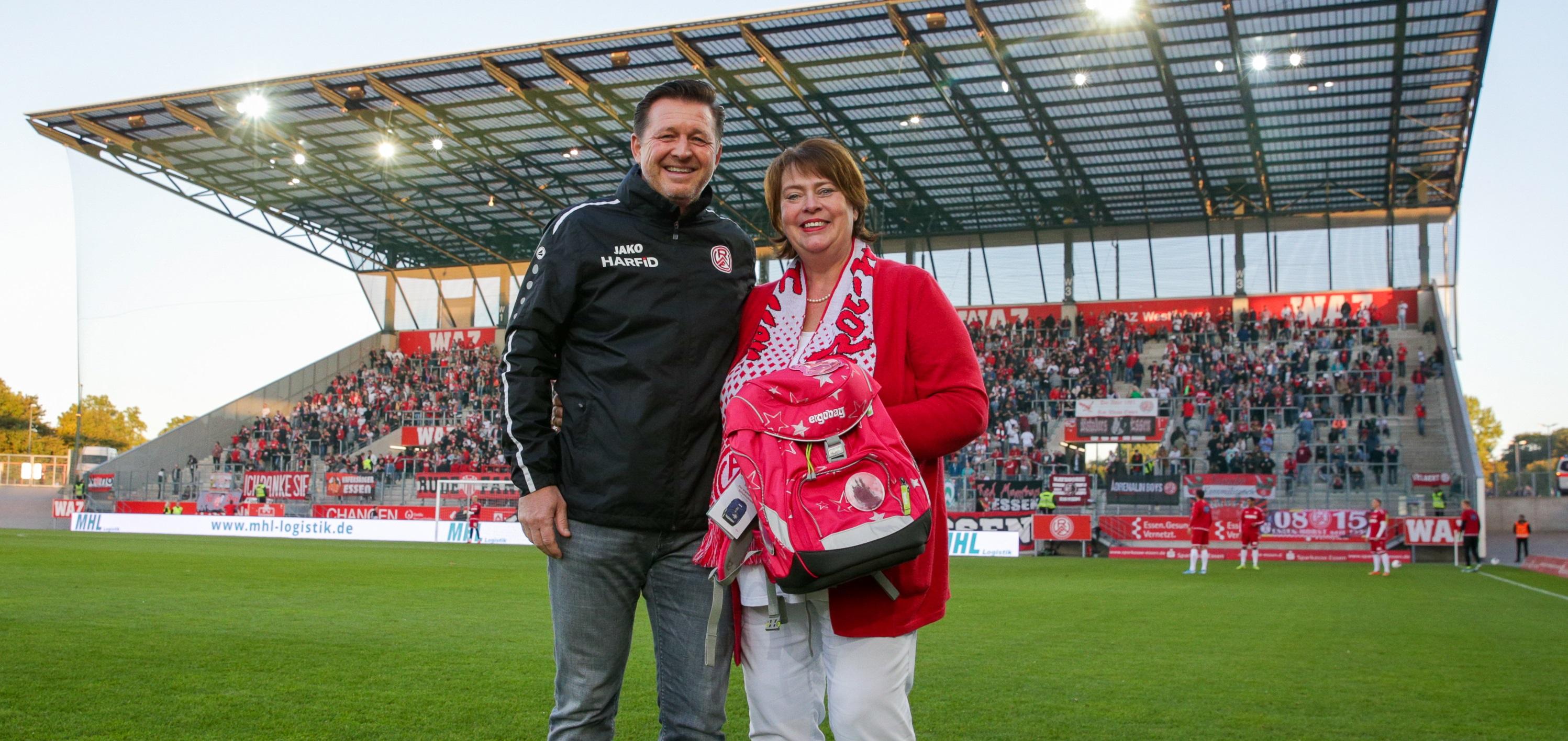 Beim Heimspiel gegen den Bonner SC wurde die Idee geboren und ab morgen können Fans ein Abendessen mit Christian Titz ersteigern und Gutes tun. (Foto:Endberg)