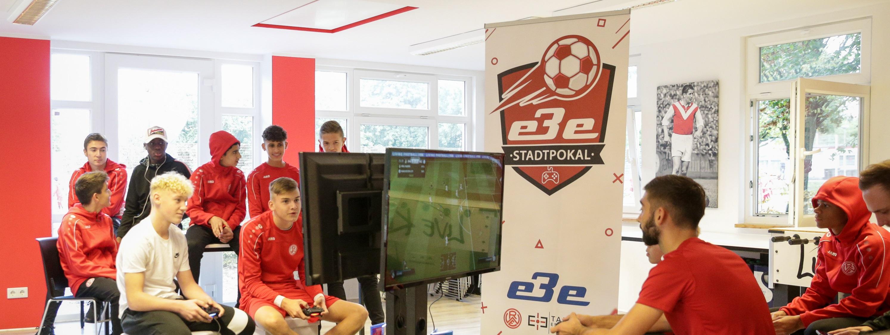 Rot-Weisse Nachwuchskicker tauschen kurzfristig das Gamepad gegen Fußballschuhe ein. (Foto: Endberg)