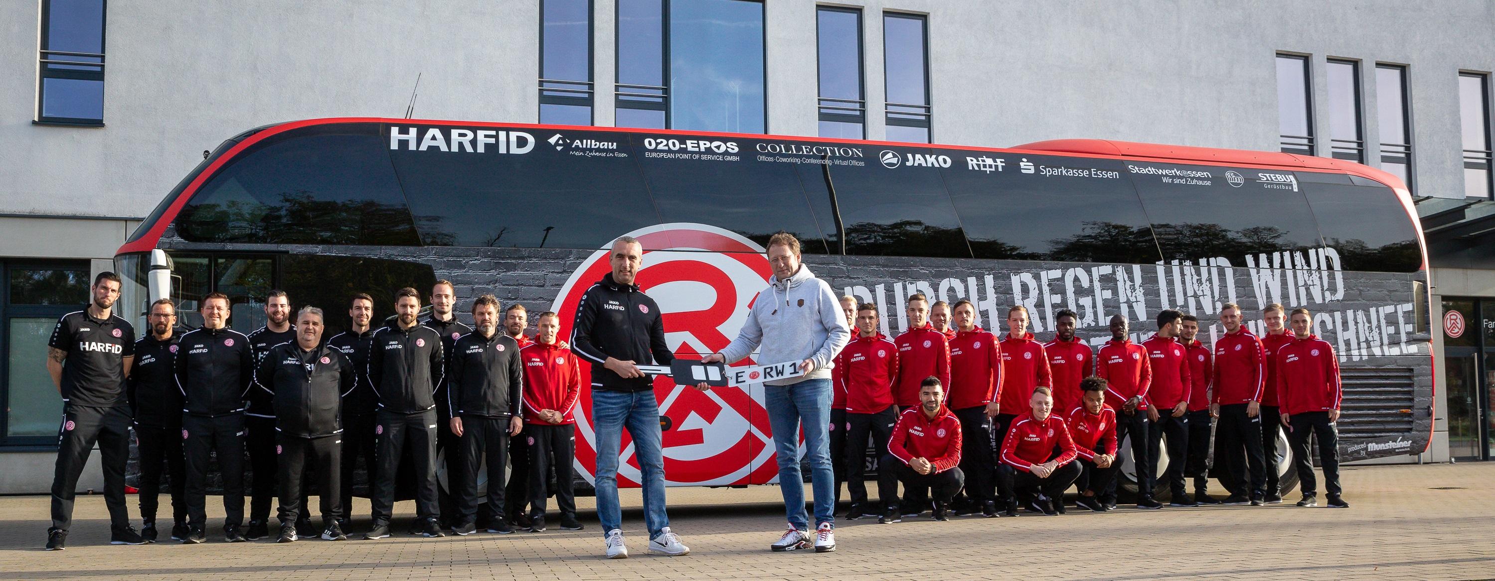 Die 1. Mannschaft reist ab sofort mit einem Bus im RWE-Design zu ihren Auswärtsspielen. (Foto: Endberg)