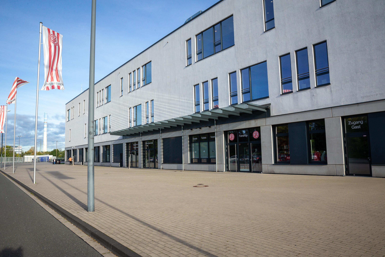 Am Mittwoch, den 26. Mai, bleibt der Fanshop an der Hafenstraße geschlossen. (Foto: Endberg)