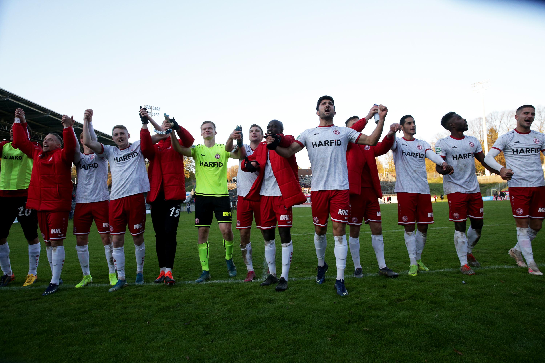 Großer Jubel: Nach intensiven 95 Minuten konnten die Rot-Weissen einen 2:1-Auswärtssieg feiern. (Foto: Endberg)