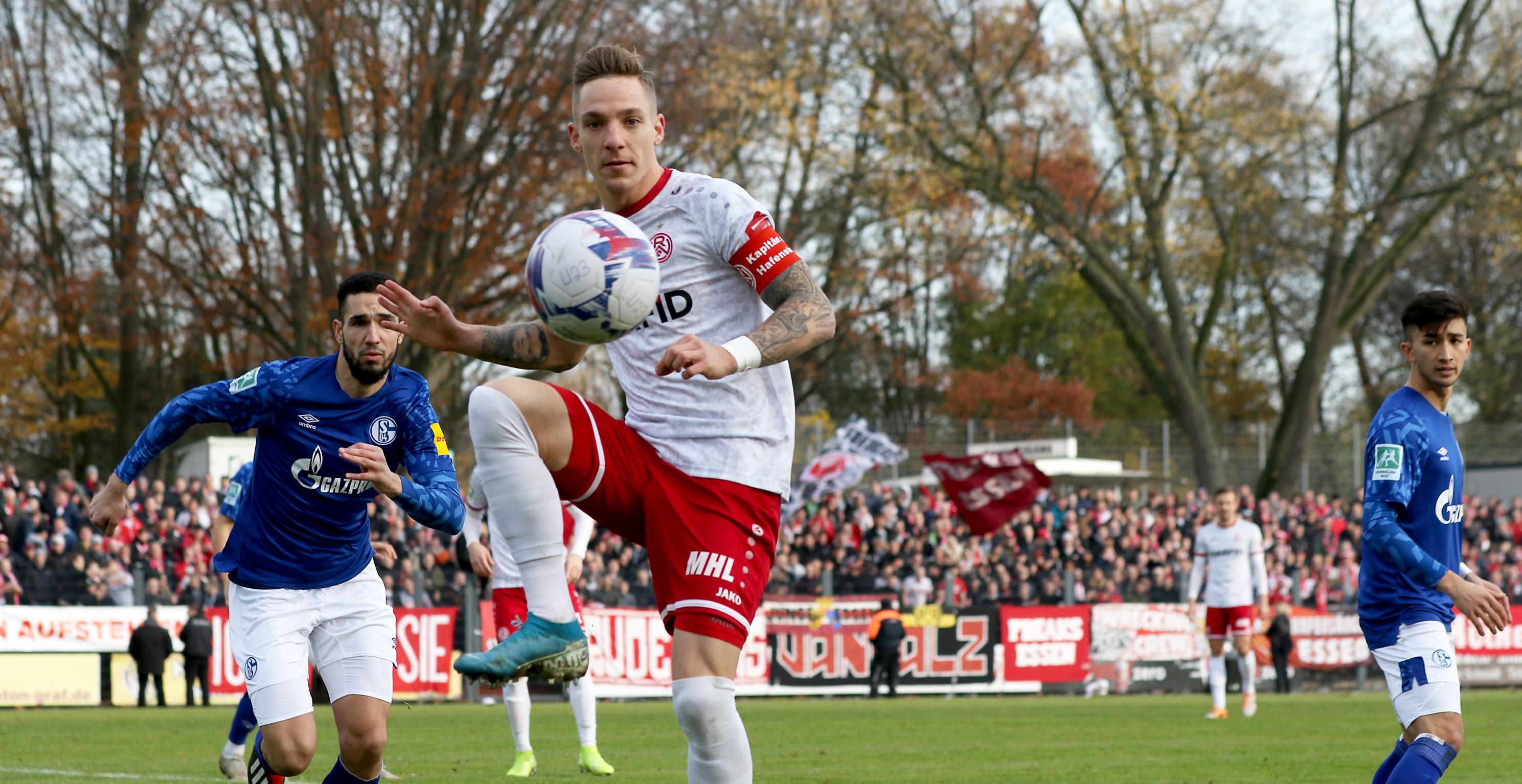 Marco Kehl-Gomez bekam es im Mittelfeld häufig mit Nabil Bentaleb zu tun. (Foto: Endberg)
