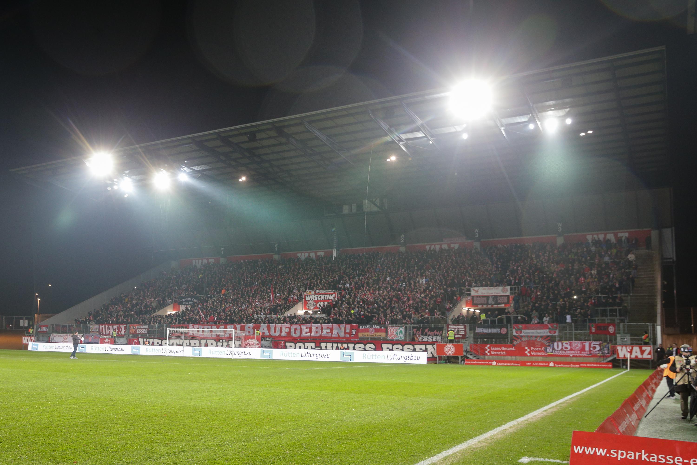 """Gemeinsam mit Vereinshistoriker Georg Schrepper sucht RWE Erzählungen zum Thema """"Erster Stadionbesuch. (Foto: Endberg)"""