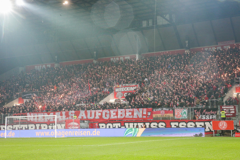 Auch in Coronazeiten unterstützen die RWE-Fans ihren Verein. (Foto:Endberg)