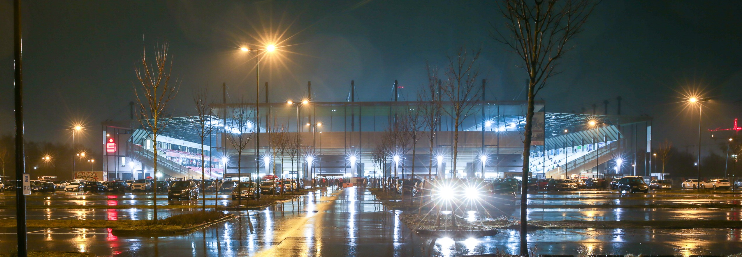Am Freitag empfängt RWE unter Flutlicht endlich wieder Zuschauer. Zur erfolgreichen Umsetzung ist jedoch die Mithilfe jedes Rot-Weissen gefragt. (Foto: Endberg)